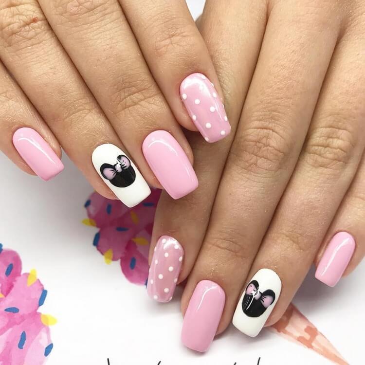 Маникюр с мышками в розовом цвете.