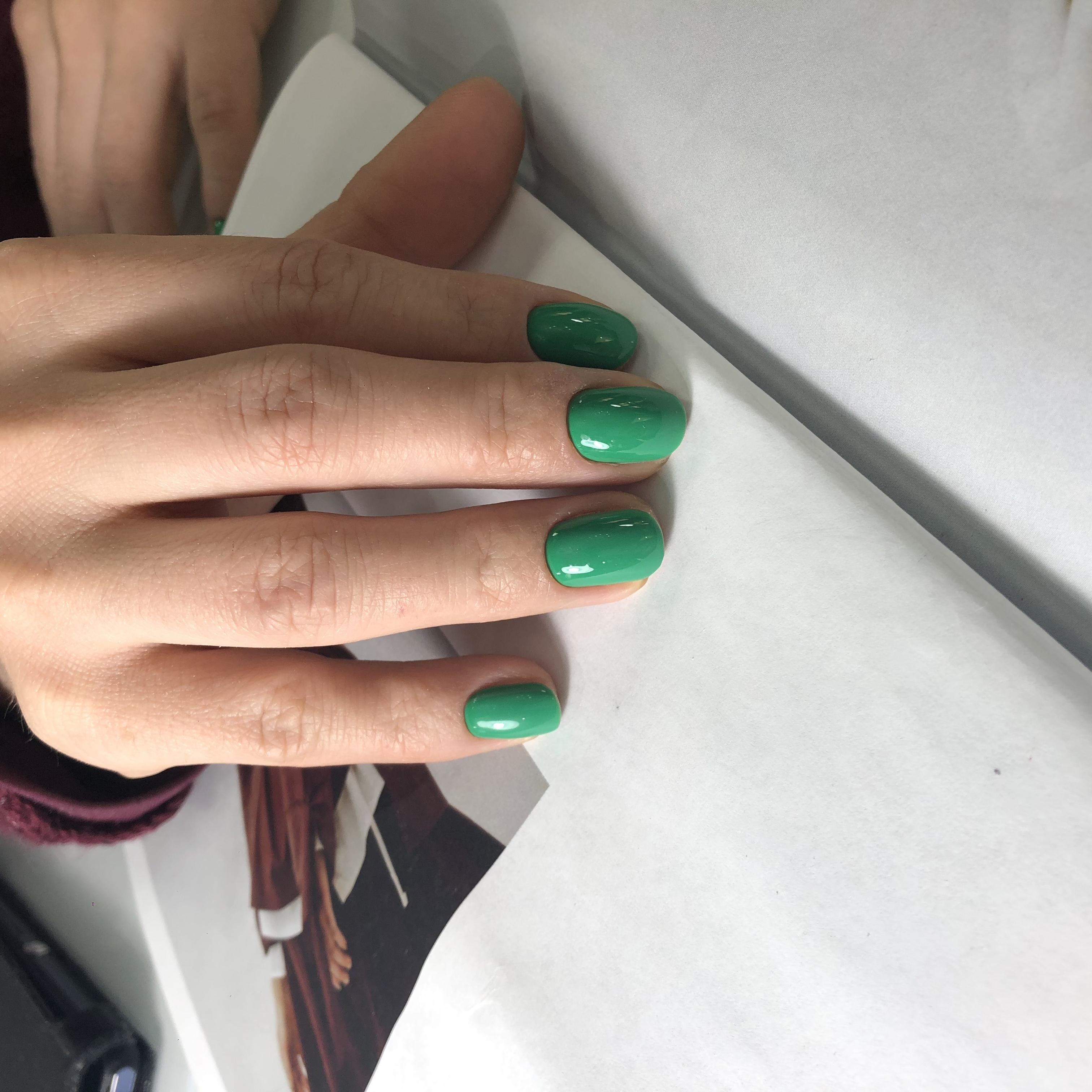 Маникюр в зеленом цвете на короткие ногти.