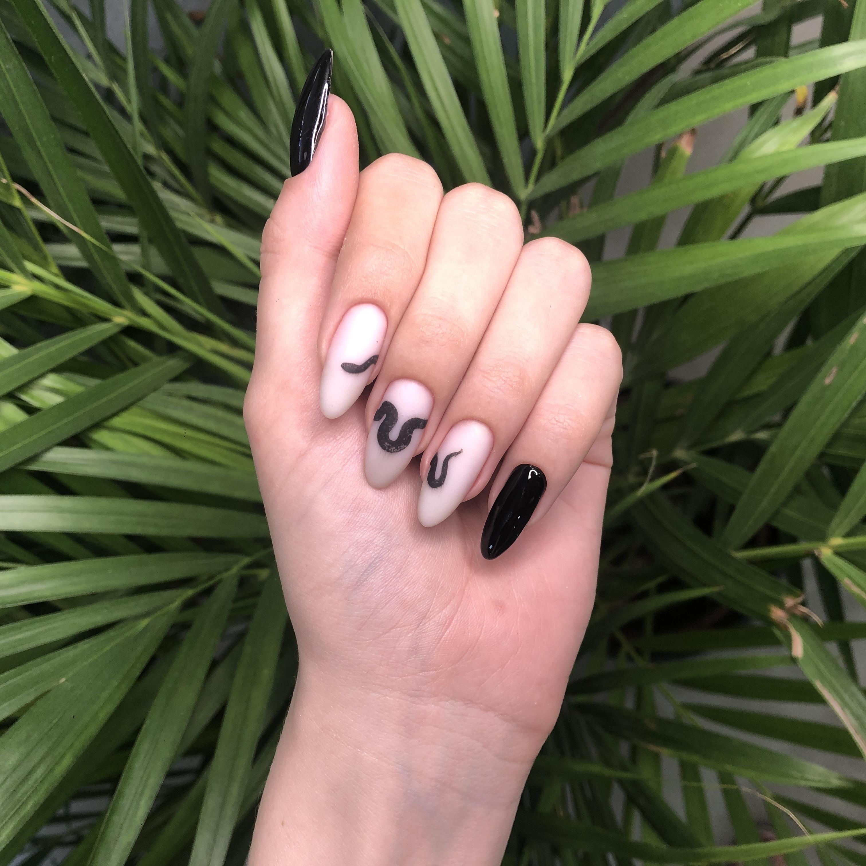 Маникюр со змеей на длинные ногти.
