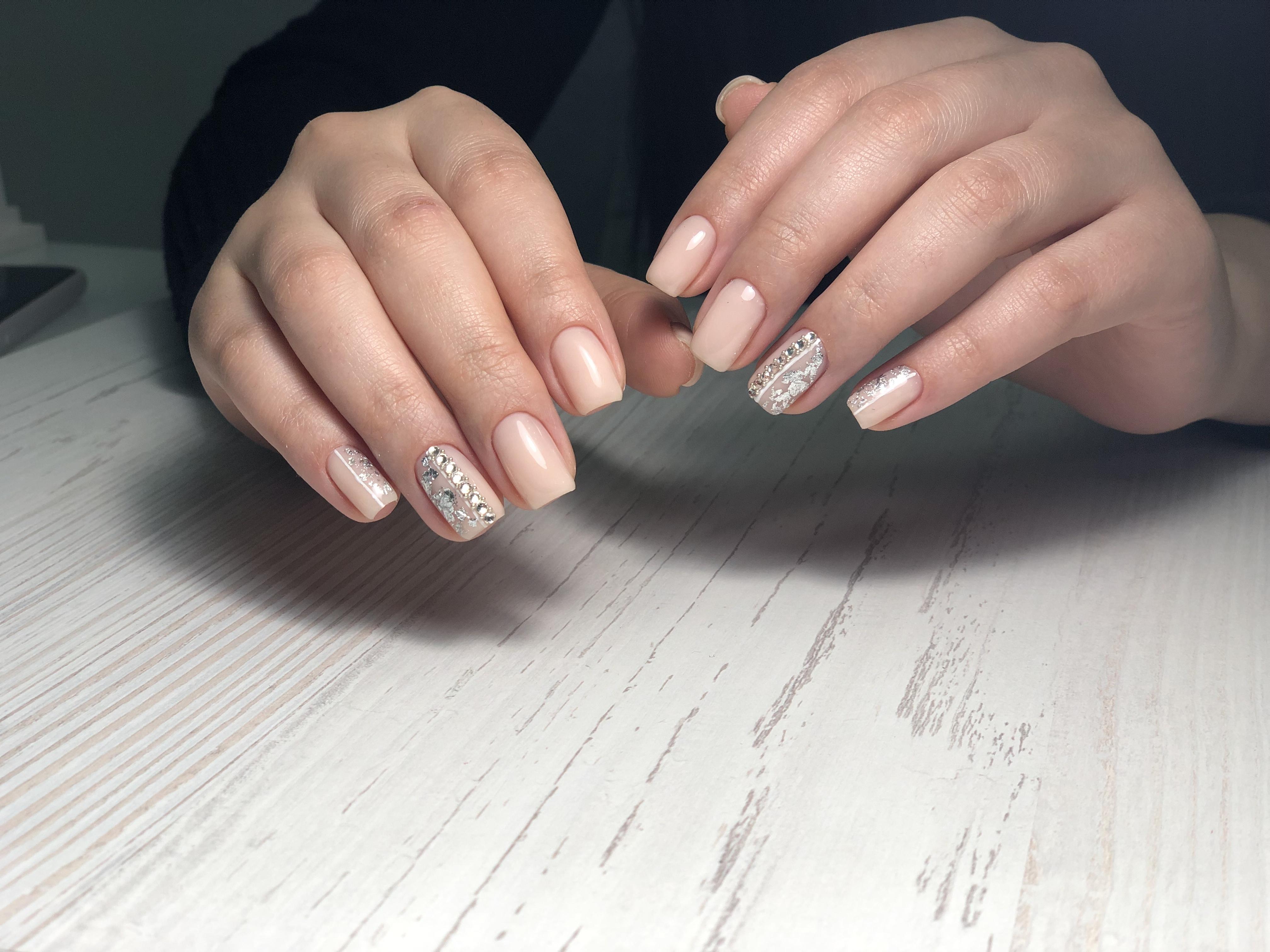 Нюдовый маникюр с серебряной фольгой и стразами на короткие ногти.