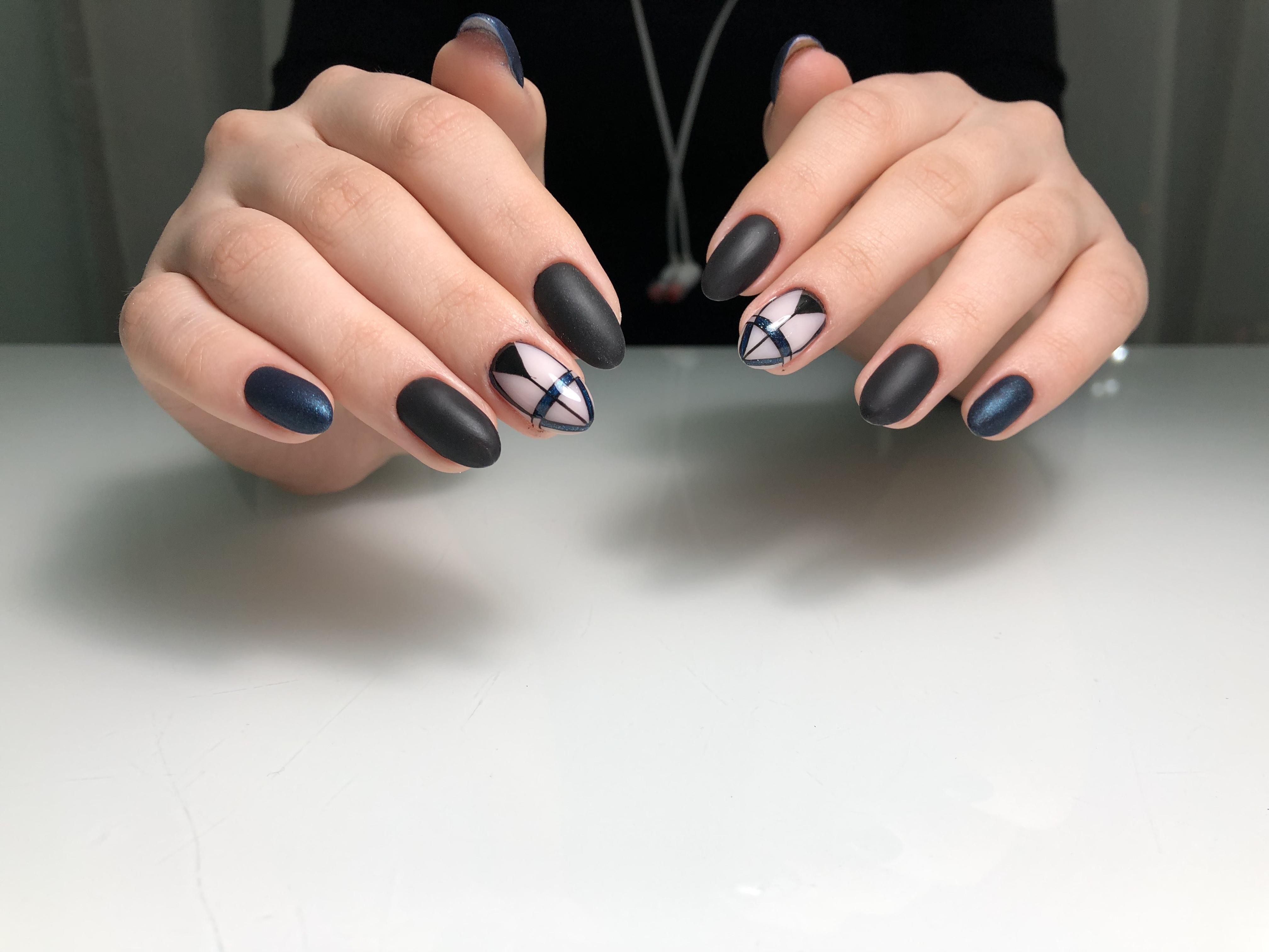 Геометрический матовый маникюр в черном цвете.