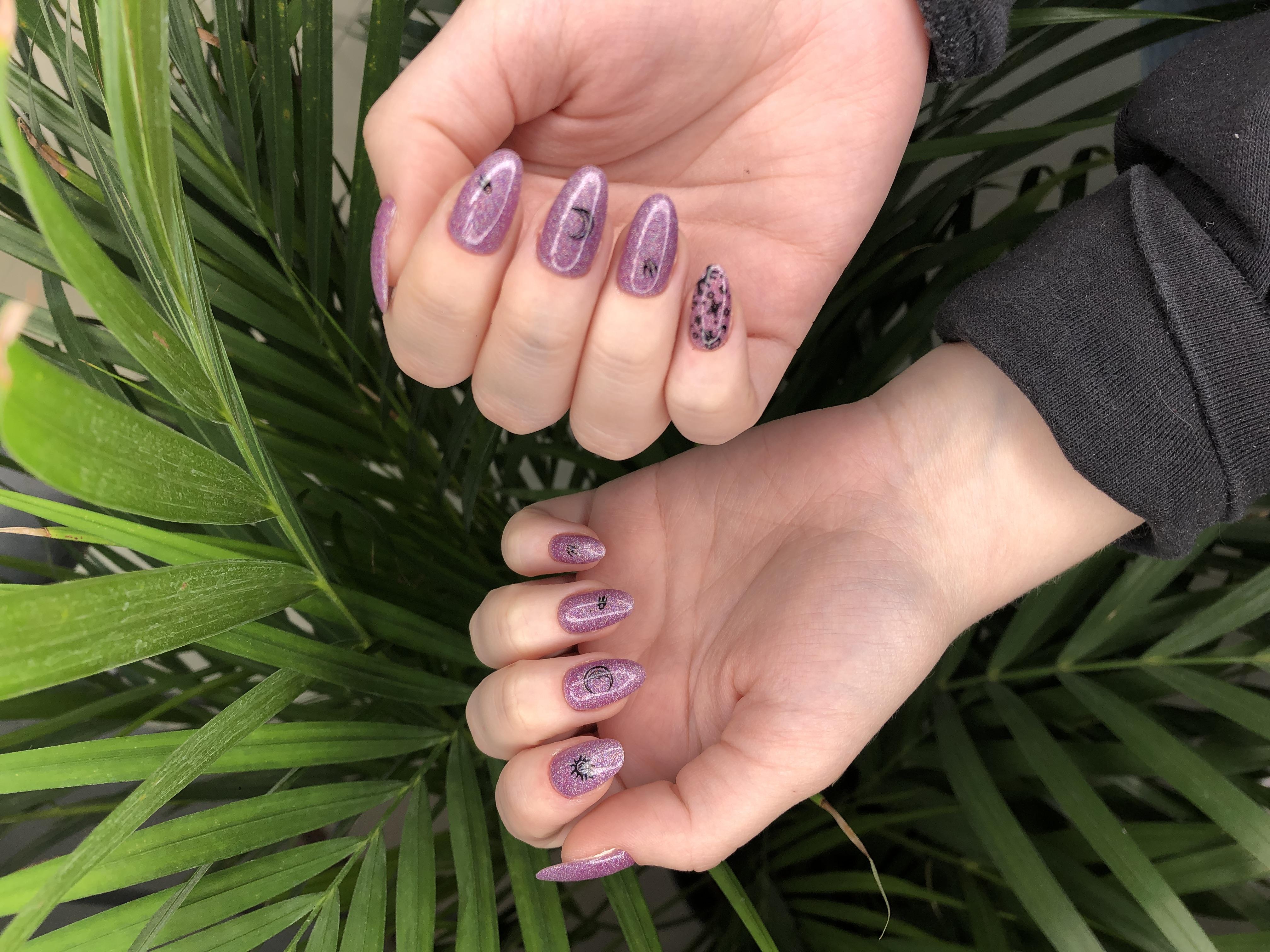 Маникюр с блестками и слайдерами в сиреневом цвете на длинные ногти.