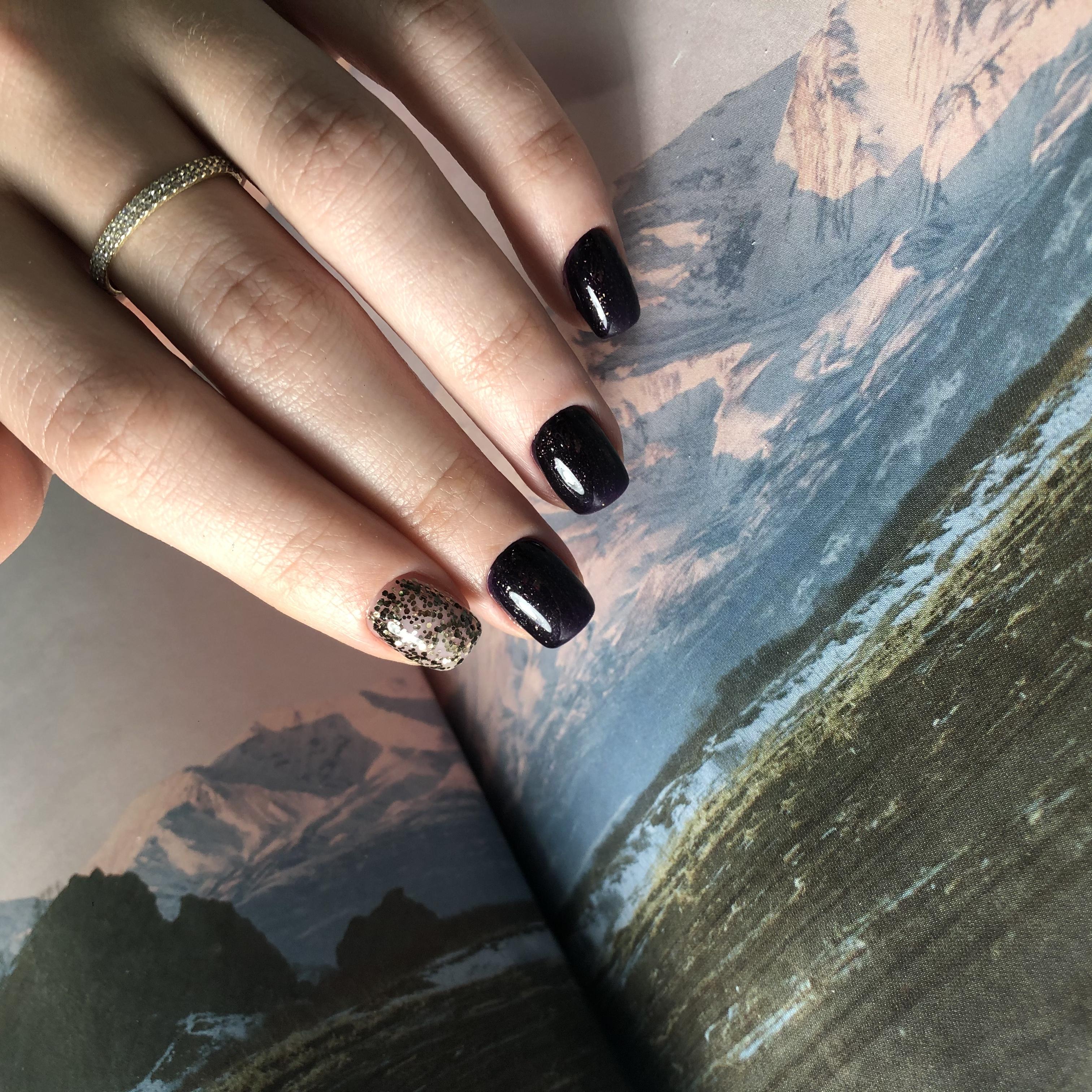 Маникюр с камифубуки в черном цвете на короткие ногти.