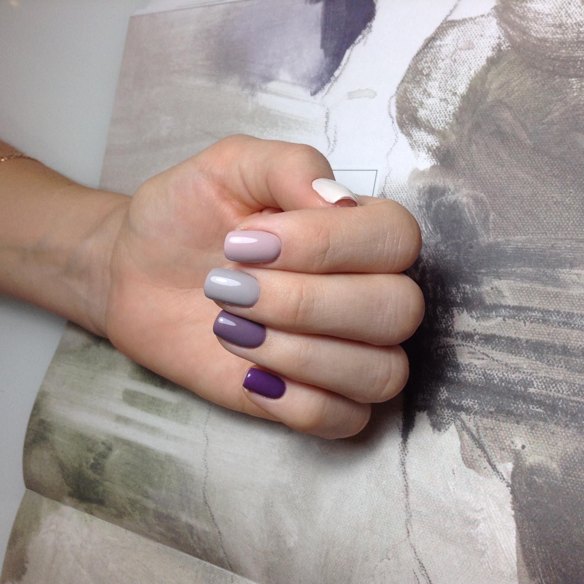 Однотонный маникюр в пастельных тонах на короткие ногти.