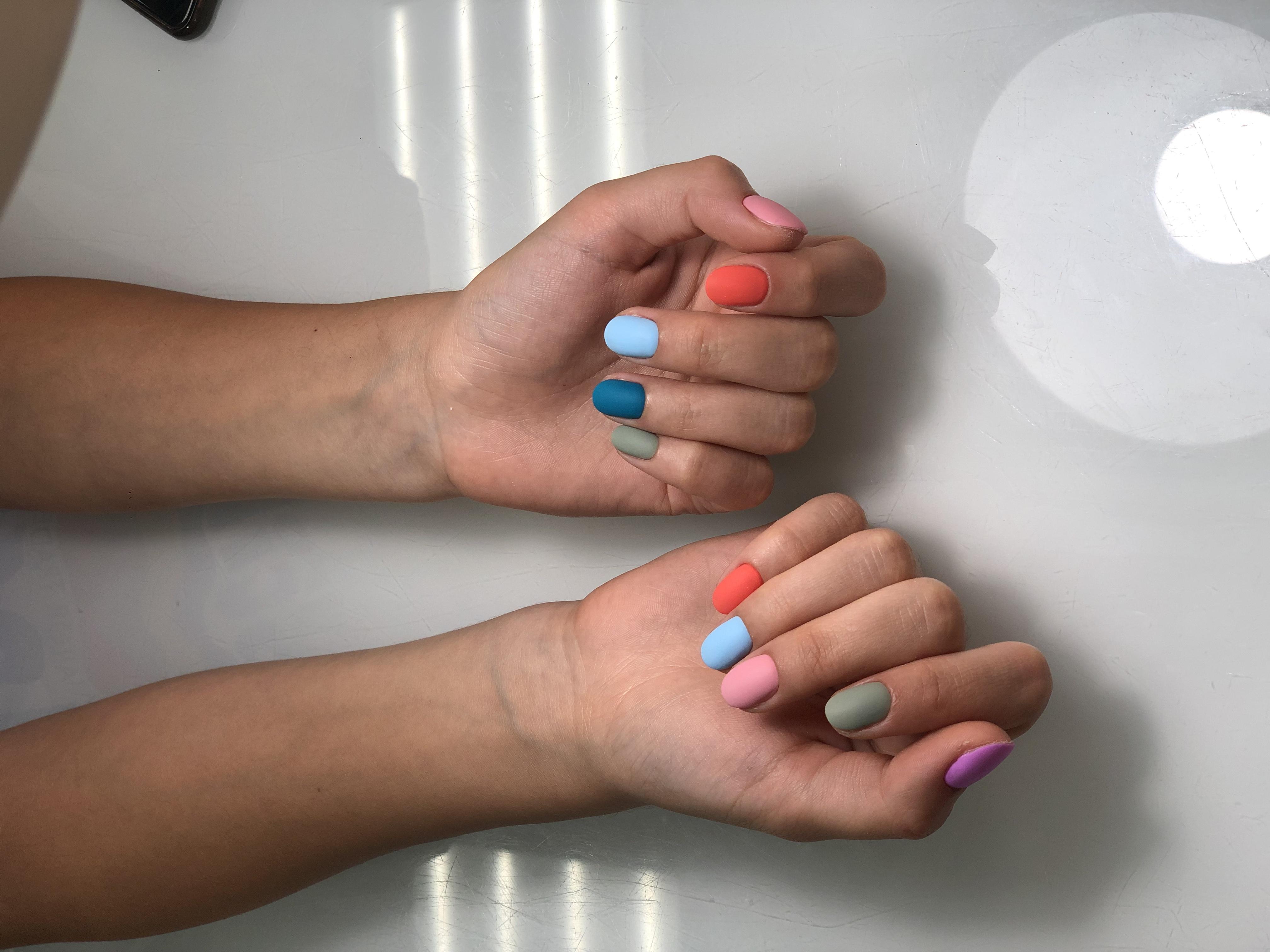 Матовый разноцветный маникюр на короткие ногти.