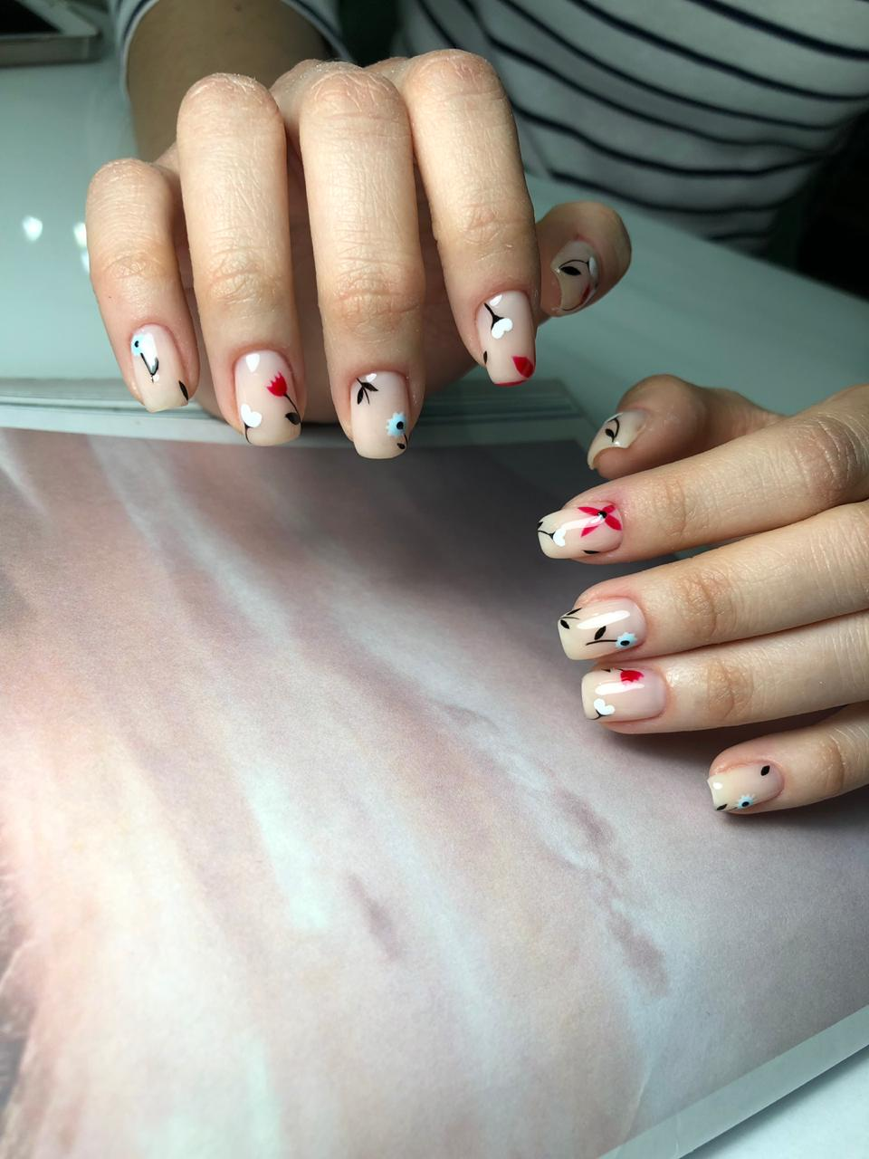 Нюдовый маникюр с цветочным рисунком на короткие ногти.