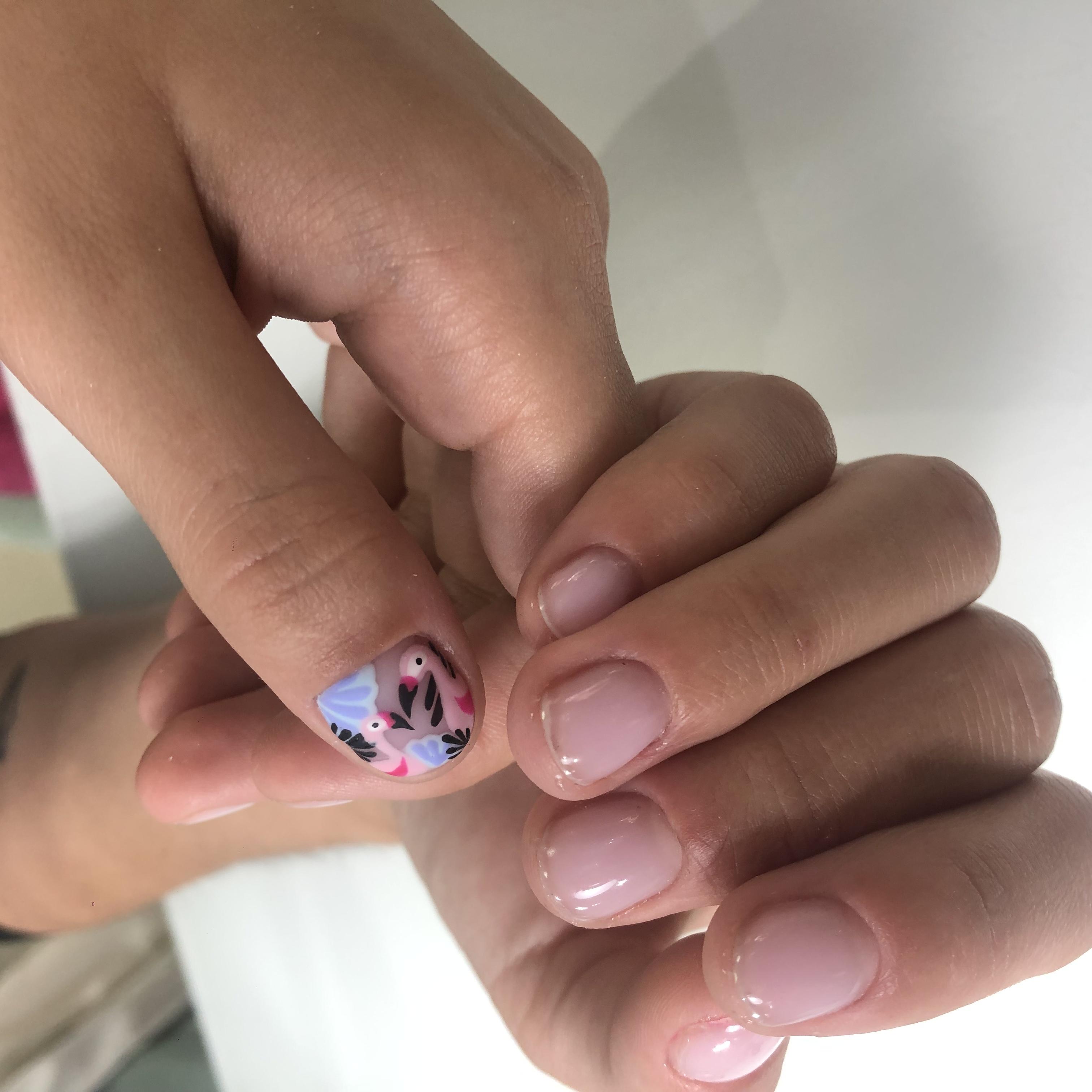 Нюдовый маникюр с фламинго на короткие ногти.