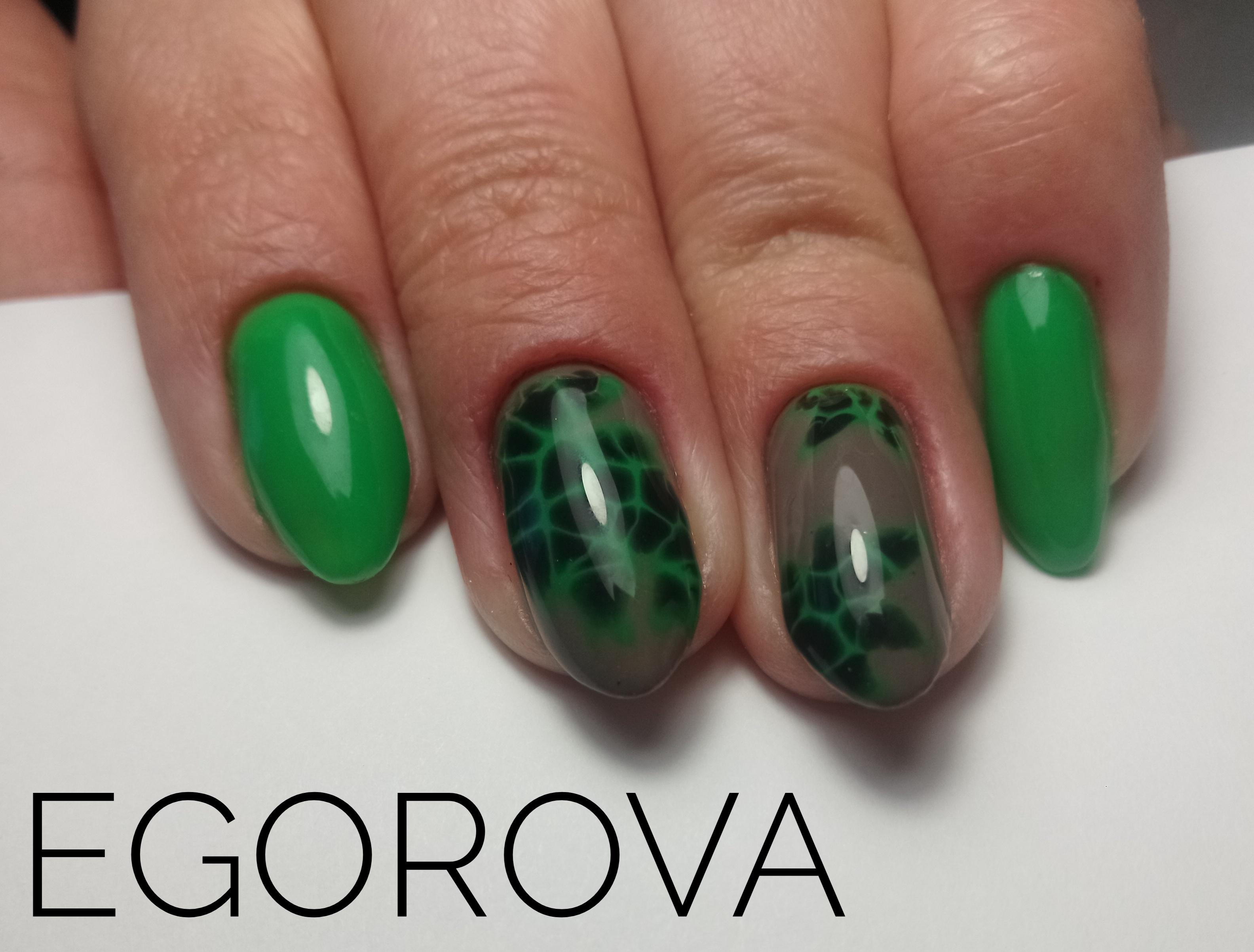 Маникюр с трендовым дизайном в зеленом цвете.