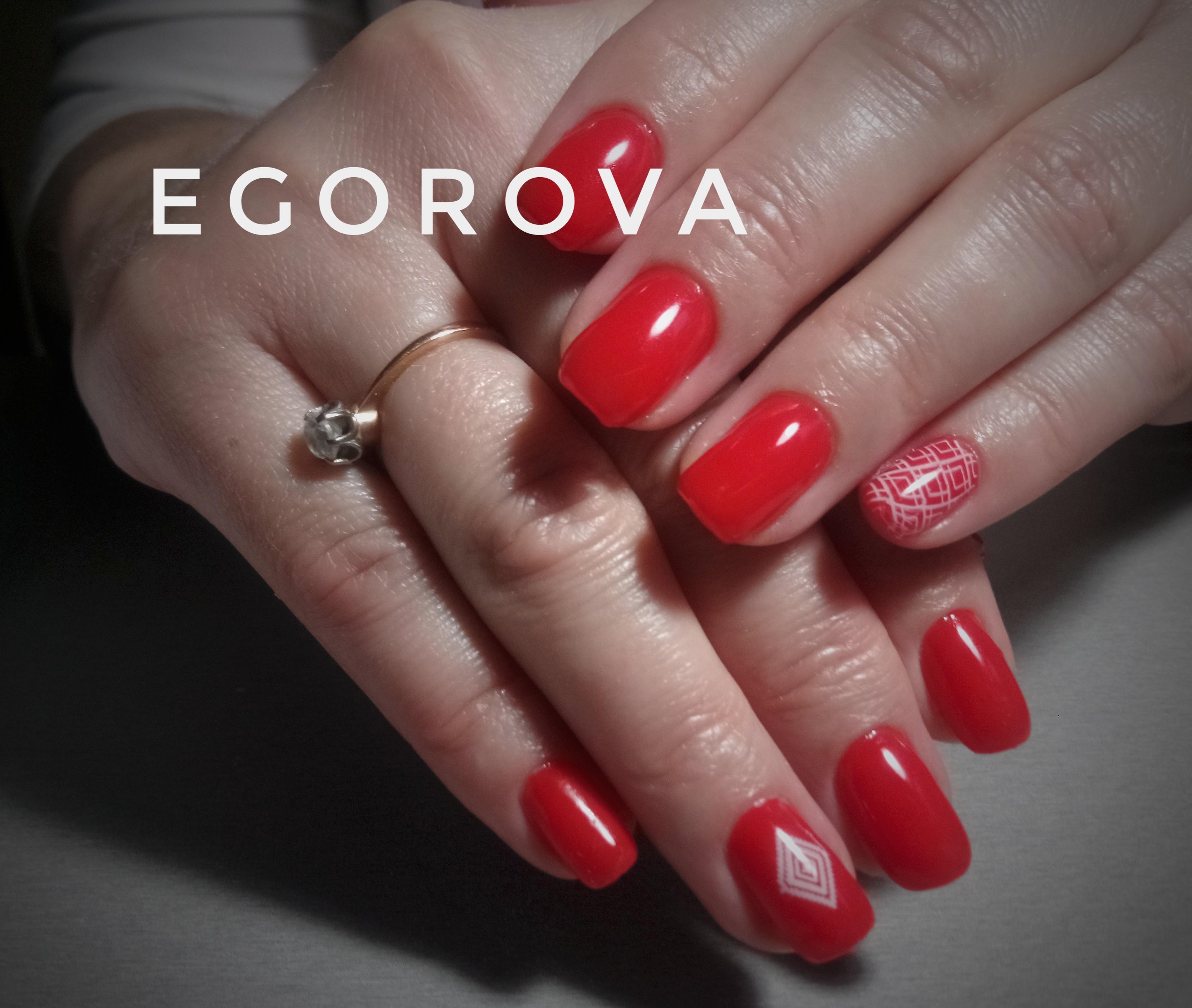 Маникюр со слайдерами в красном цвете на короткие ногти.