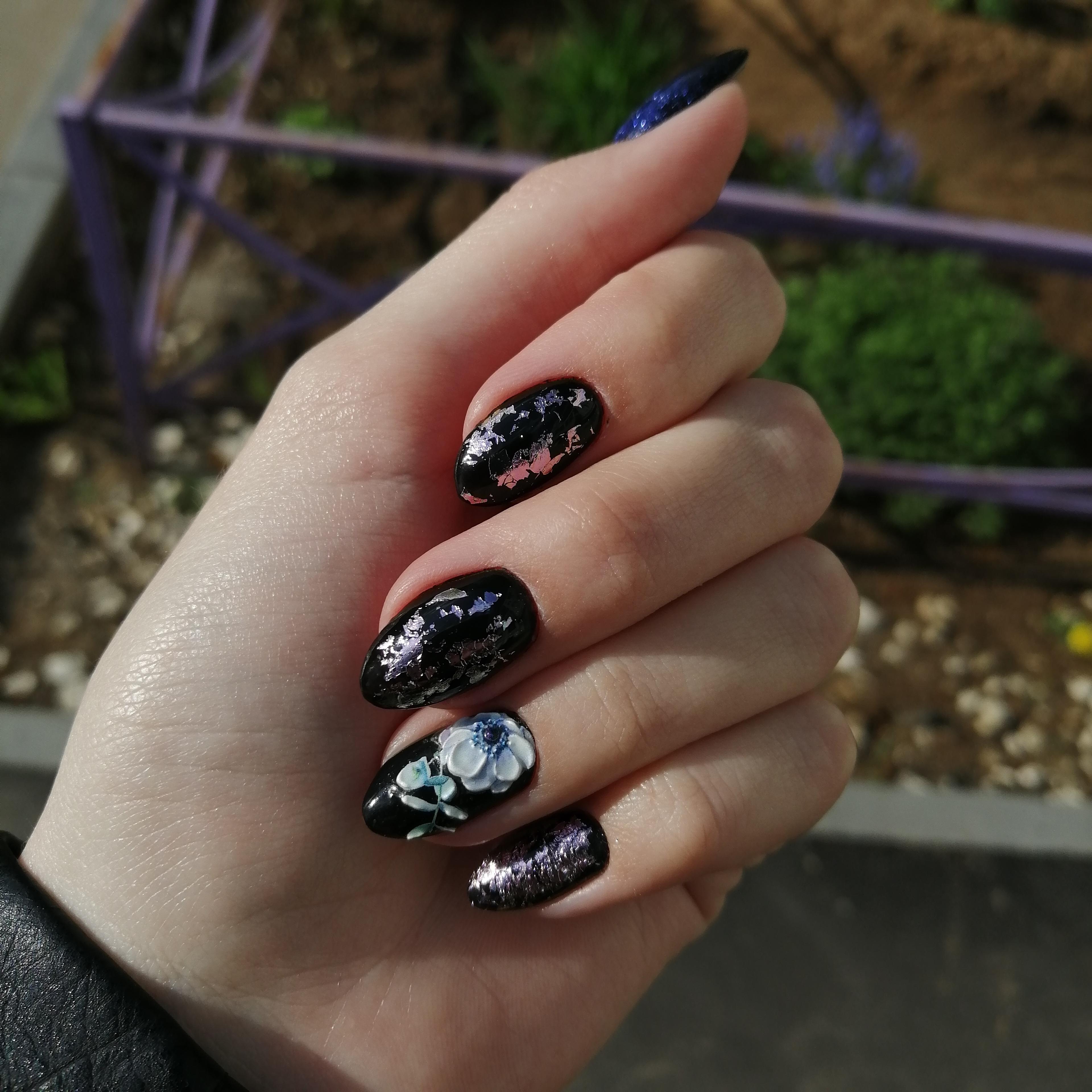 Маникюр с цветочной лепкой и серебряной фольгой в черном цвете на короткие ногти.