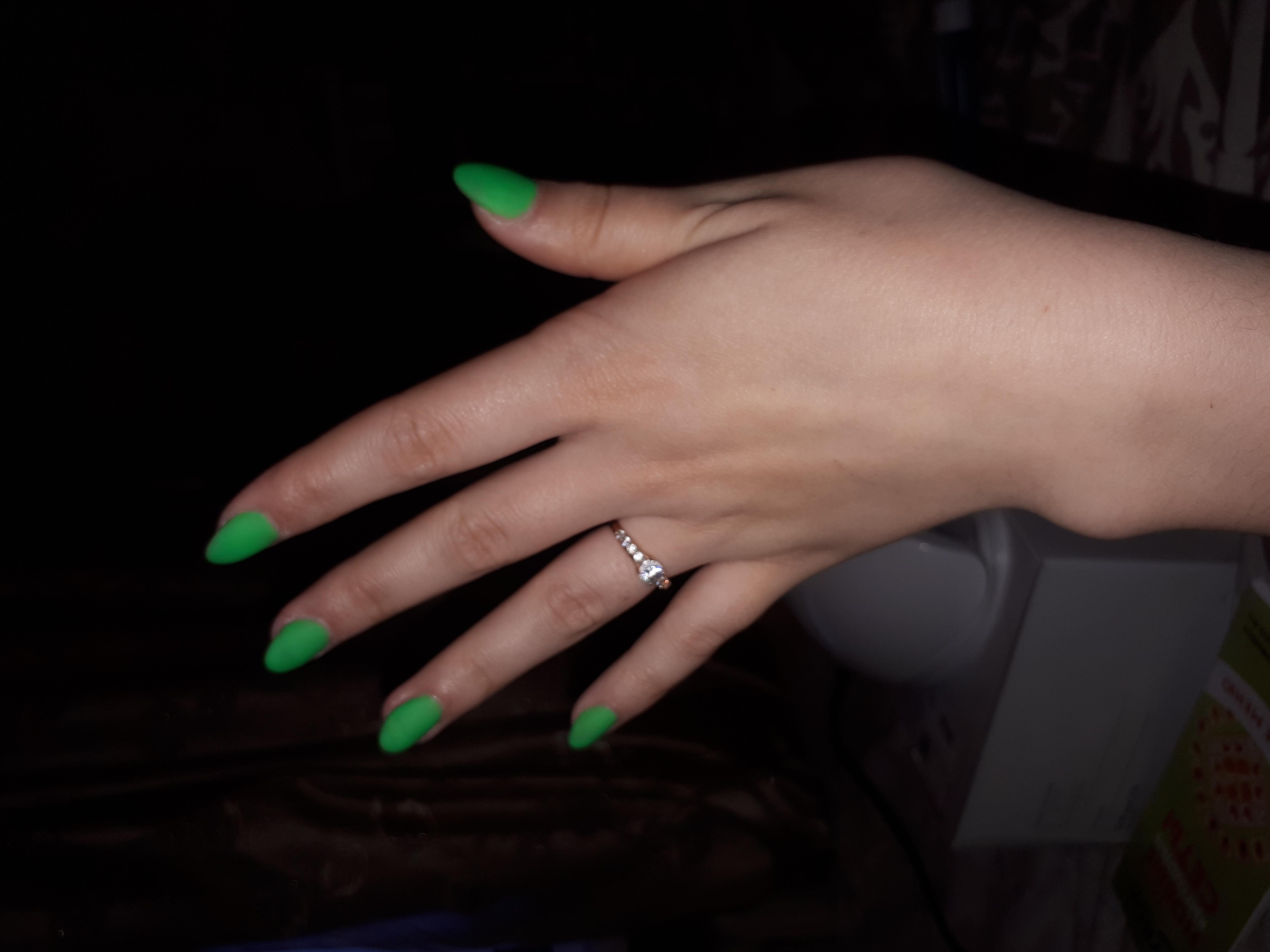 Матовый маникюр в зеленом цвете.