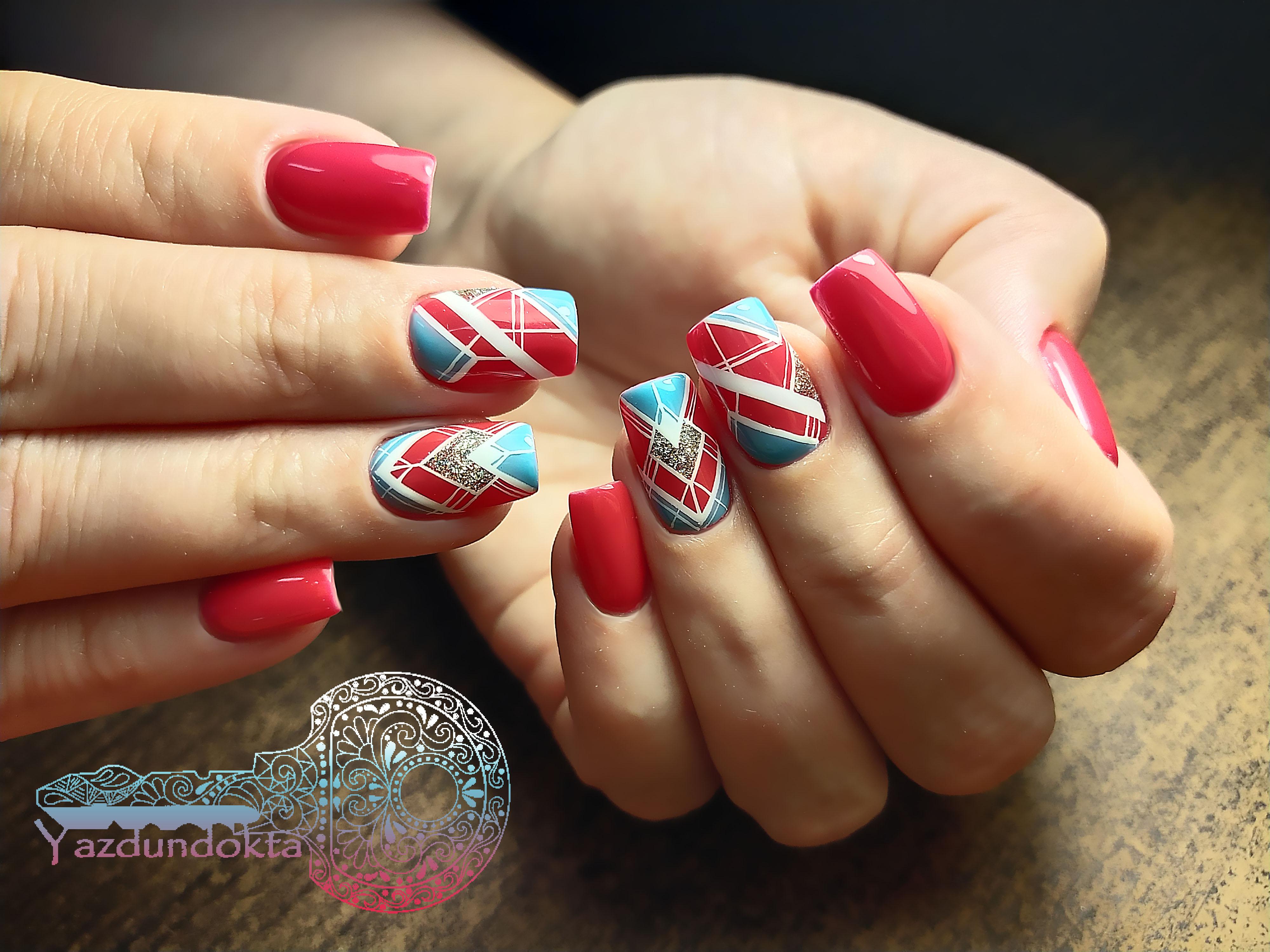 Геометрический маникюр с блестками в красном цвете на длинные ногти.