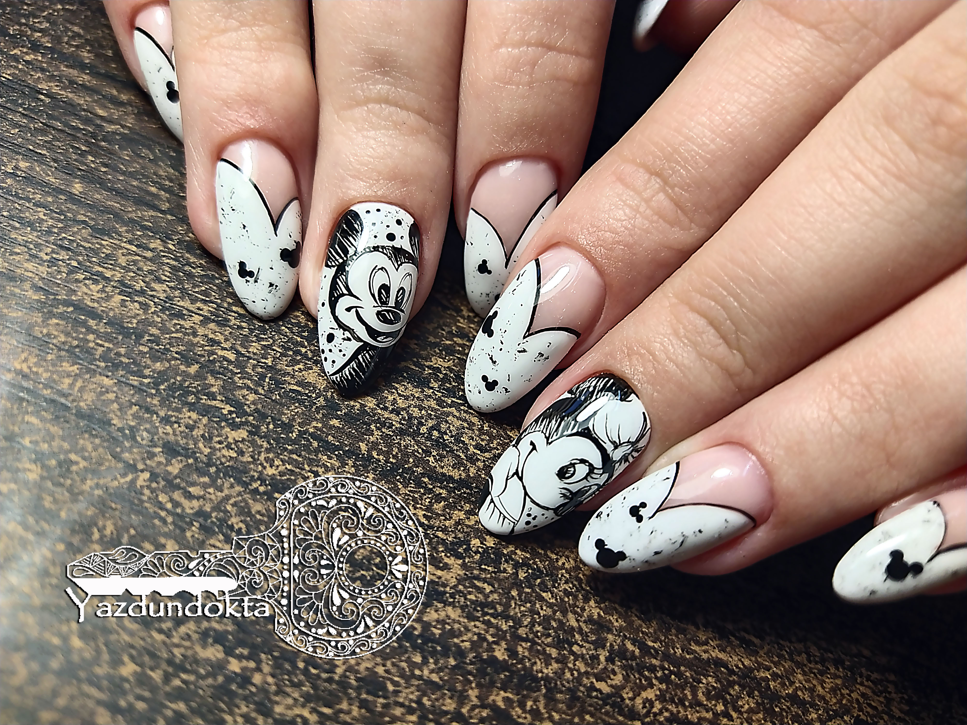 Маникюр с Микки Маусом на длинные ногти.