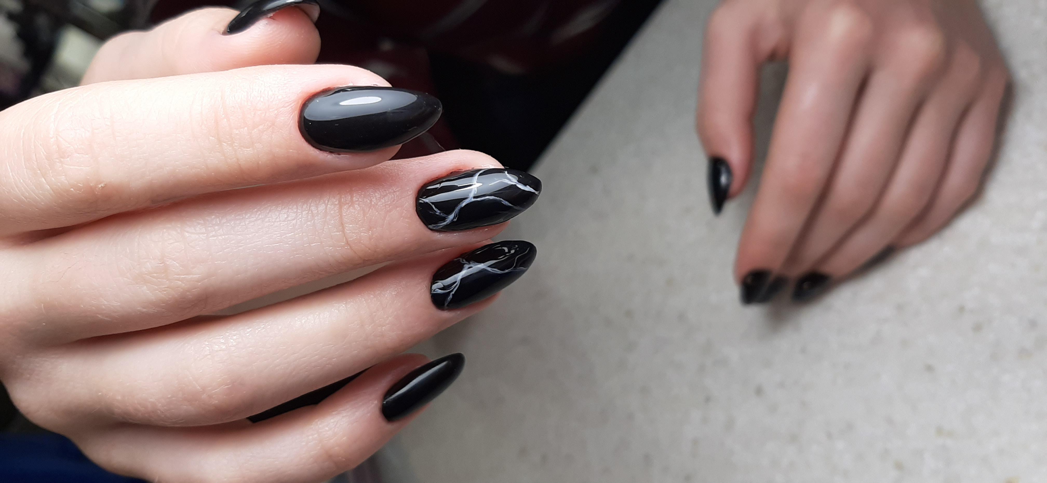 Маникюр в чёрном цвете с мраморным дизайном.