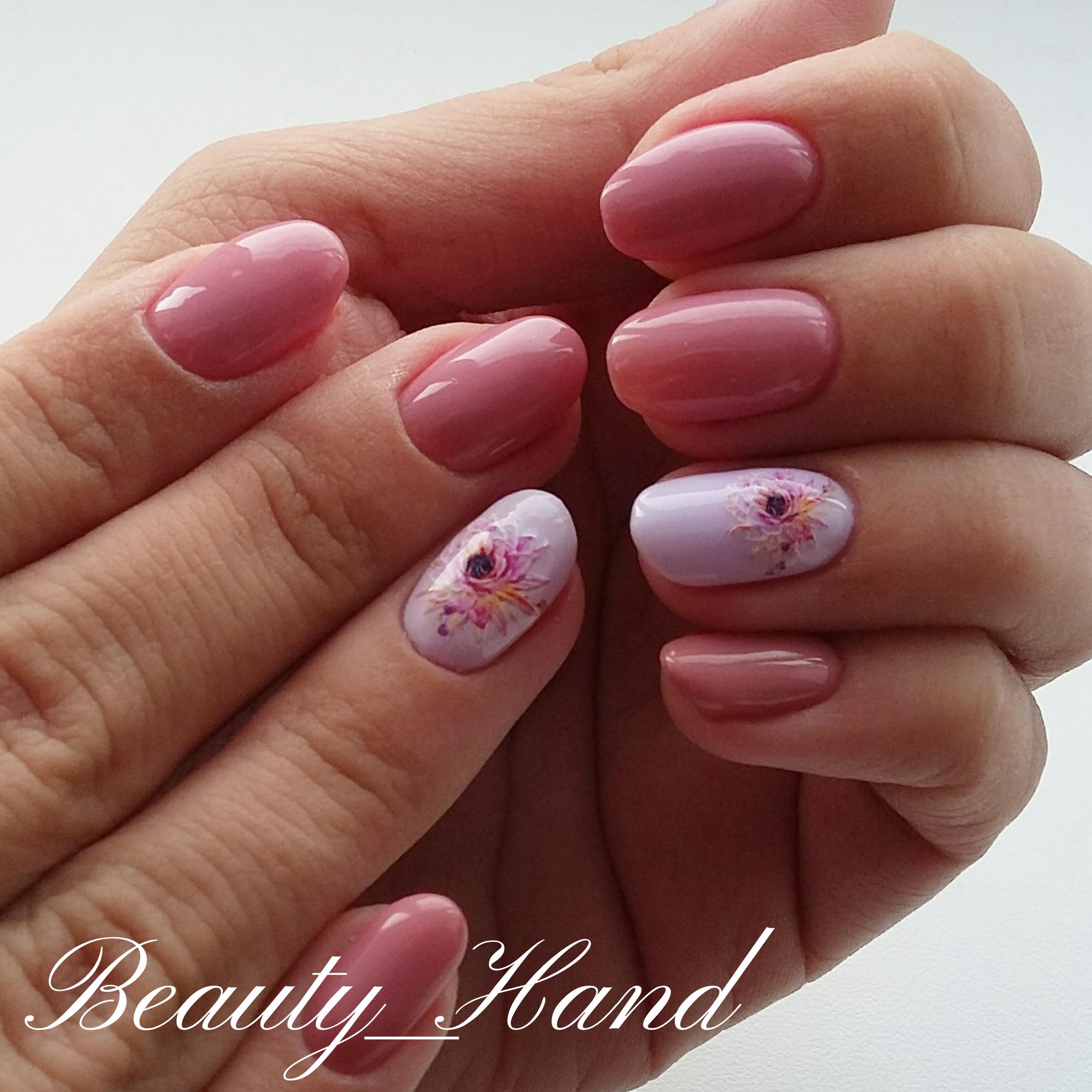 Однотонный маникюр в розовом цвете с объёмным  цветочным рисунком.