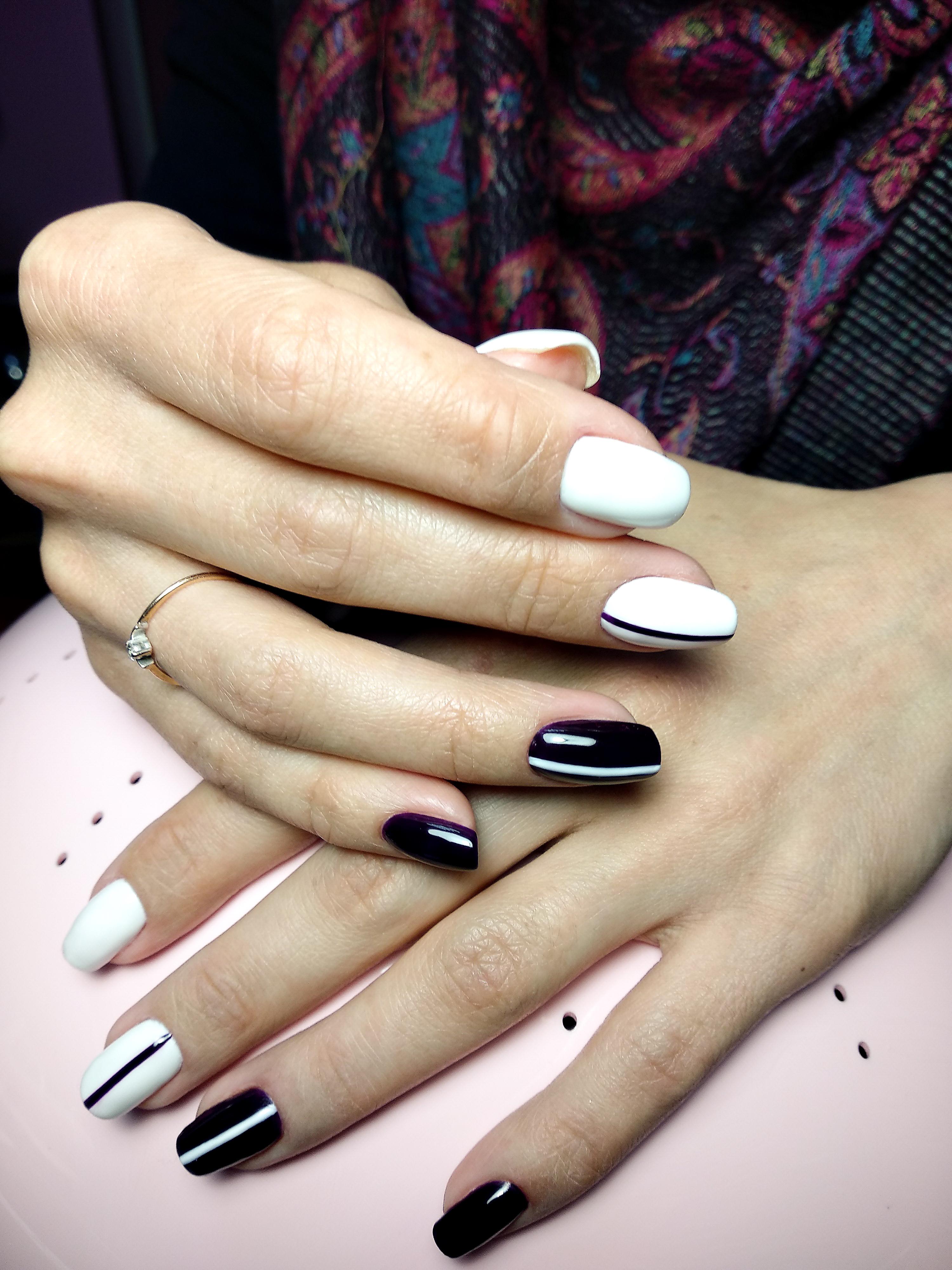 Разноцветный  контрастный чёрно-белый маникюр с полосками.