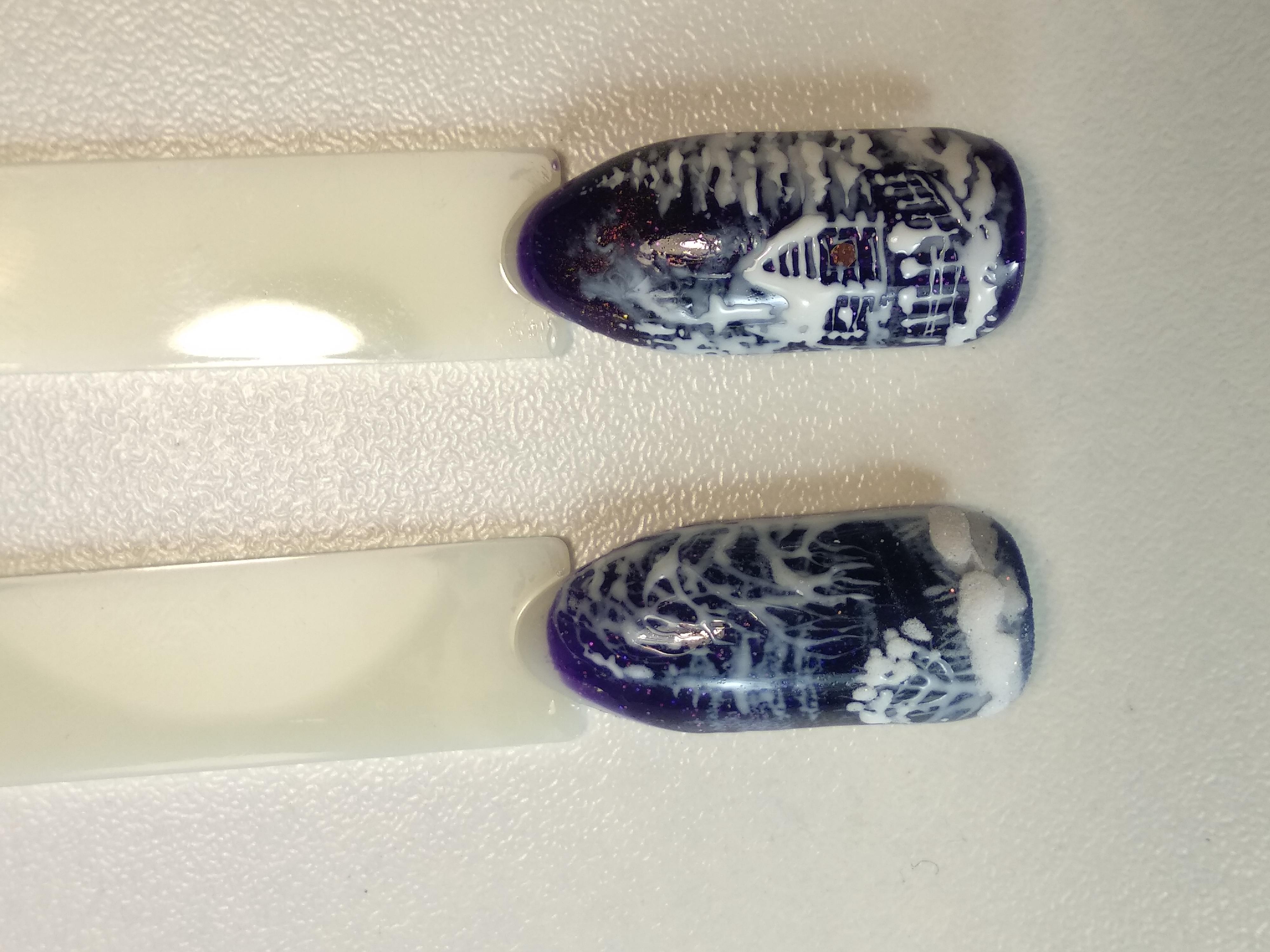 Маникюр в тёмно-синем цвете с контрастным зимним новогодним дизайном.