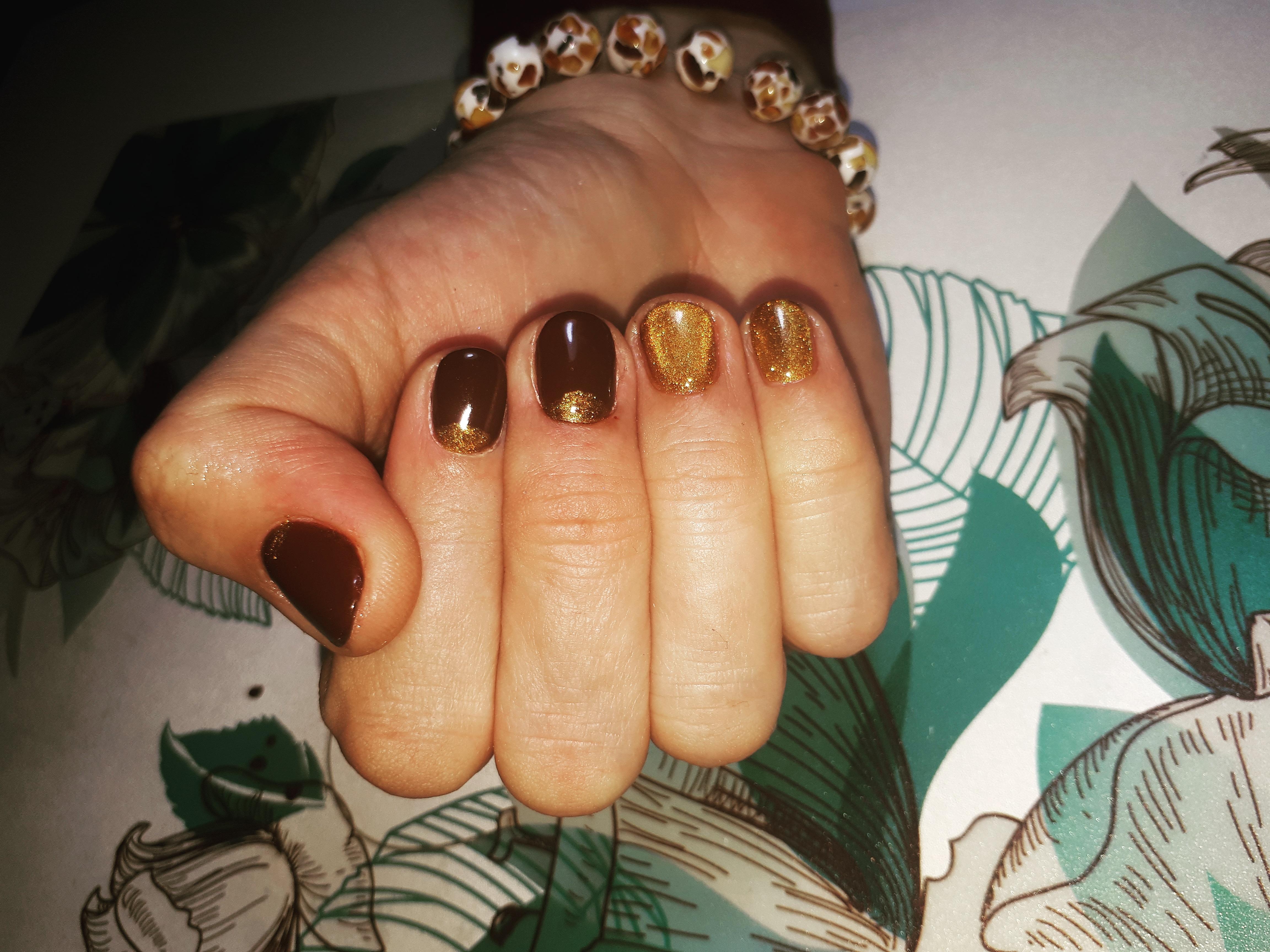 Лунный маникюр в шоколадном цвете с золотыми блёстками.