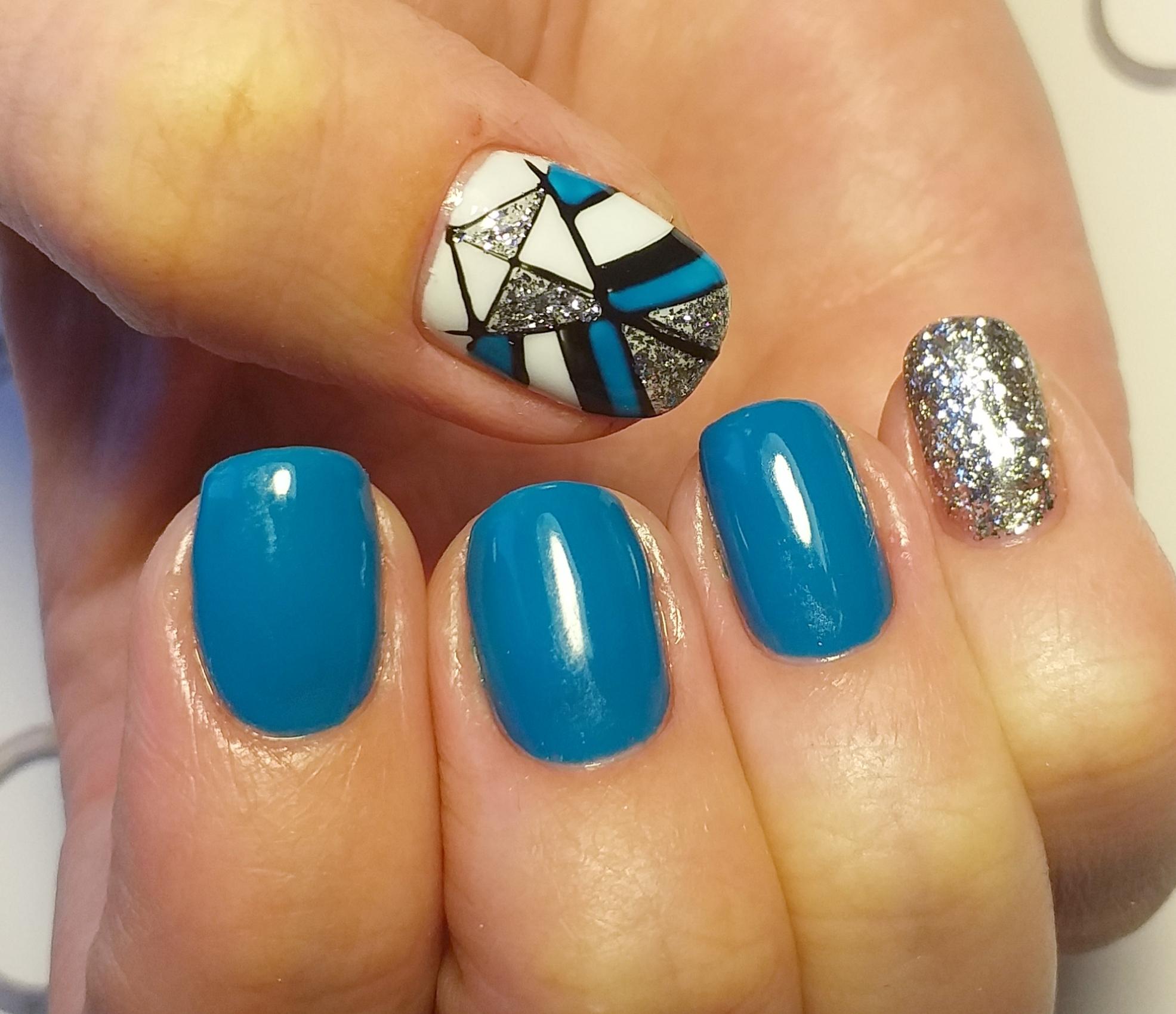 Геометрический маникюр с серебряными блестками в голубом цвете.