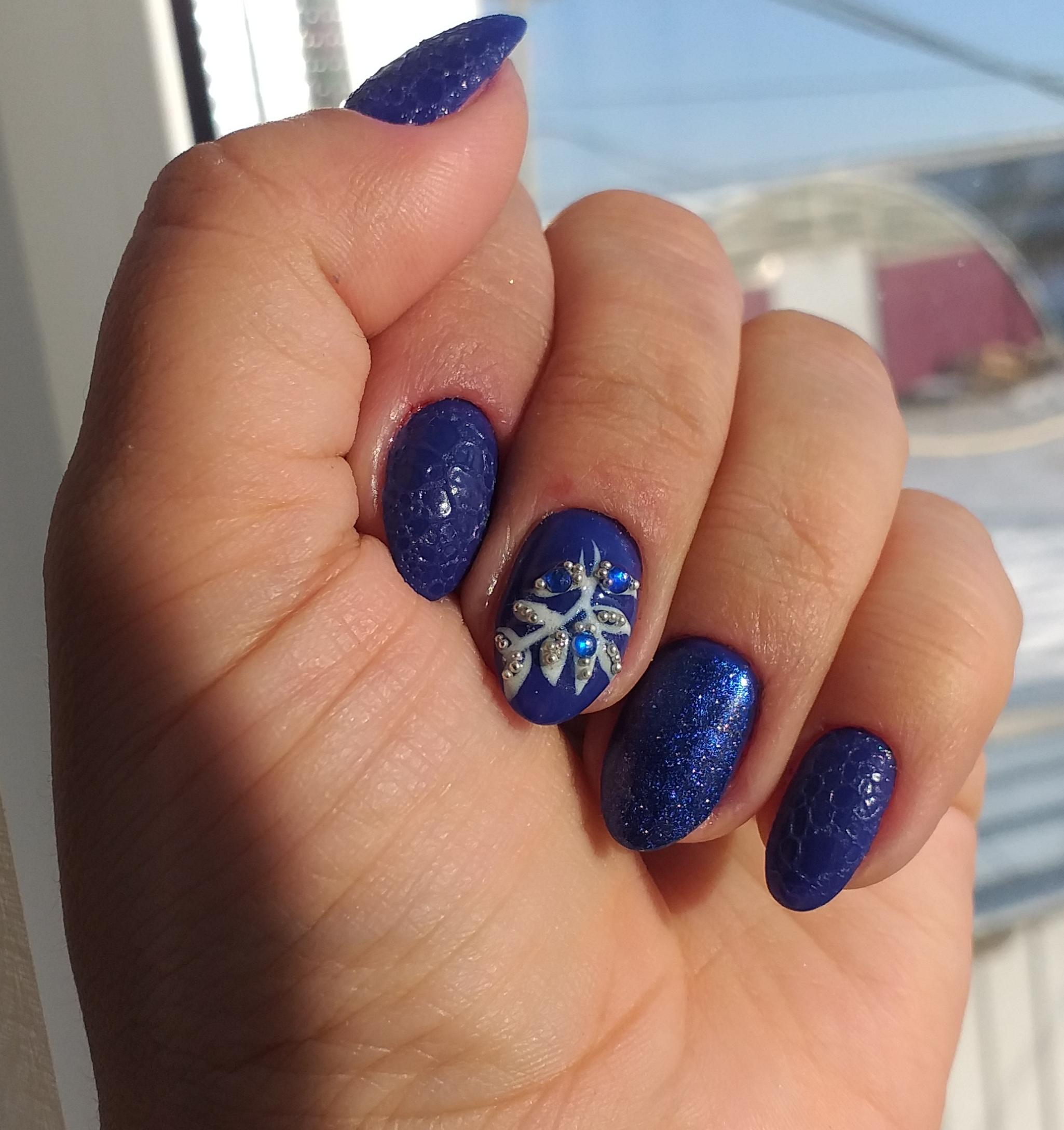 Bubble-маникюр в синем цвете в рисунком и стразами.