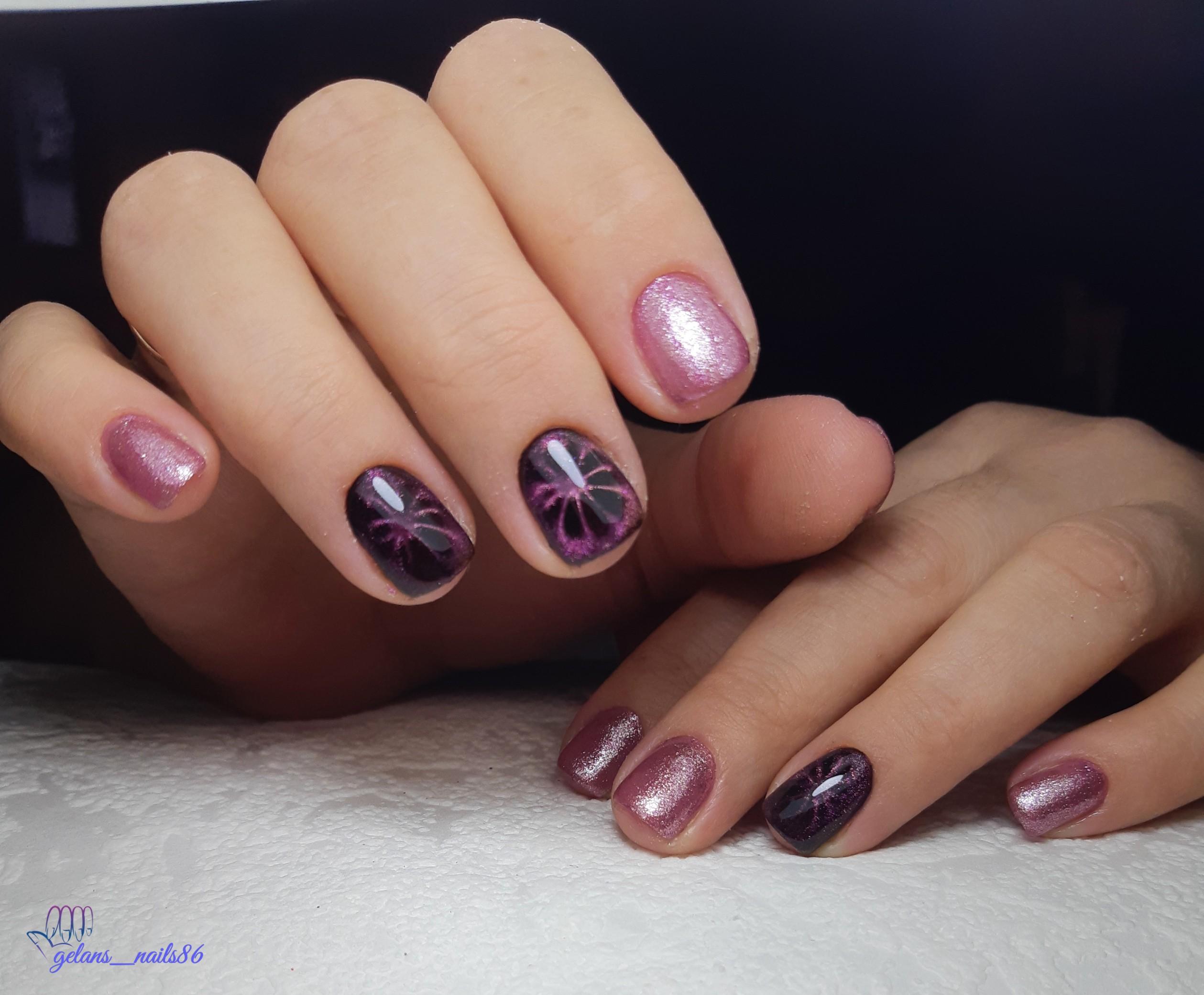 Блестящий маникюр в цвете розоое золото с фиолетовыми слайдерами.