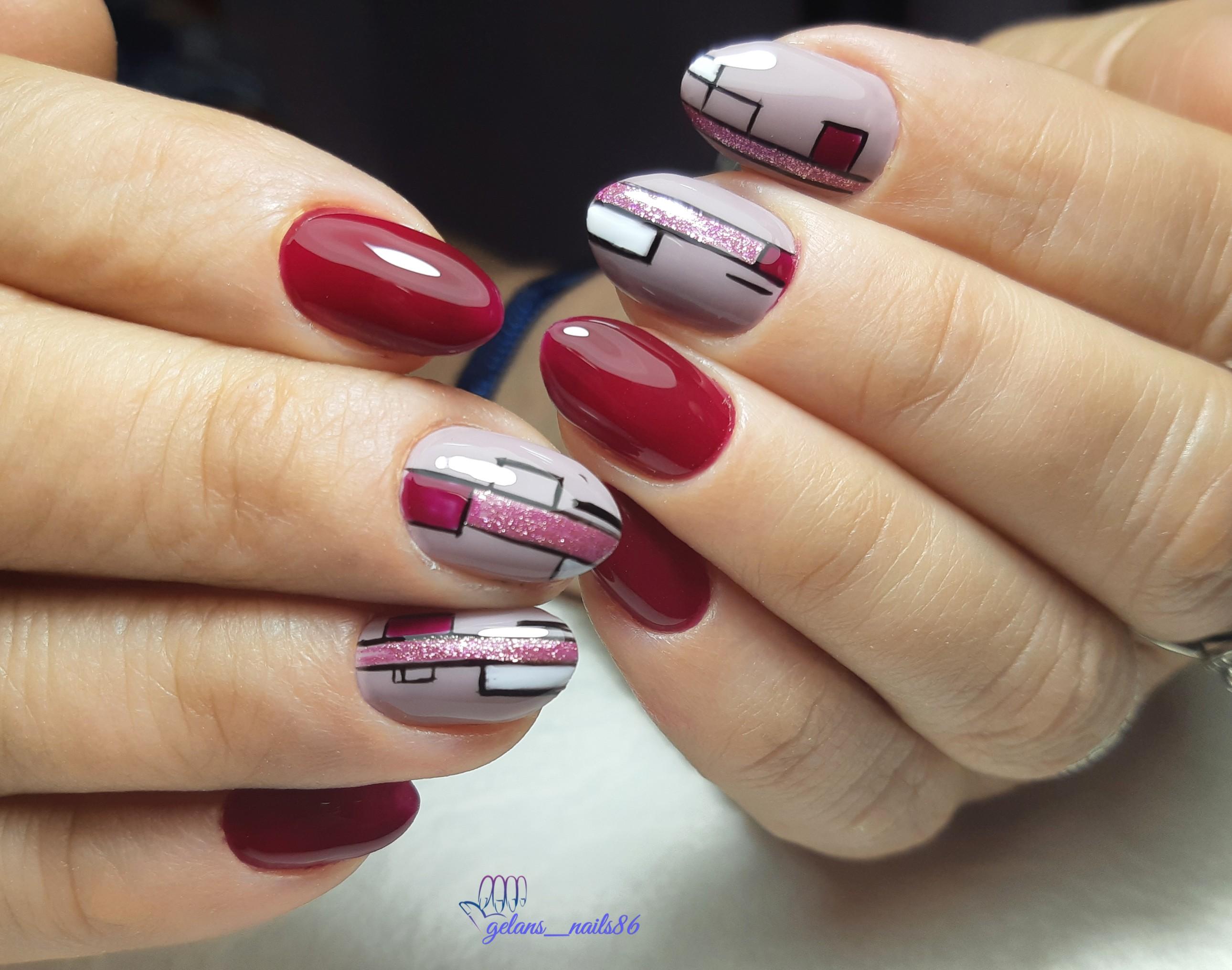 Маникюр в бордовом цвете с контрастным геометрическим дизайном и розовыми блёстками.
