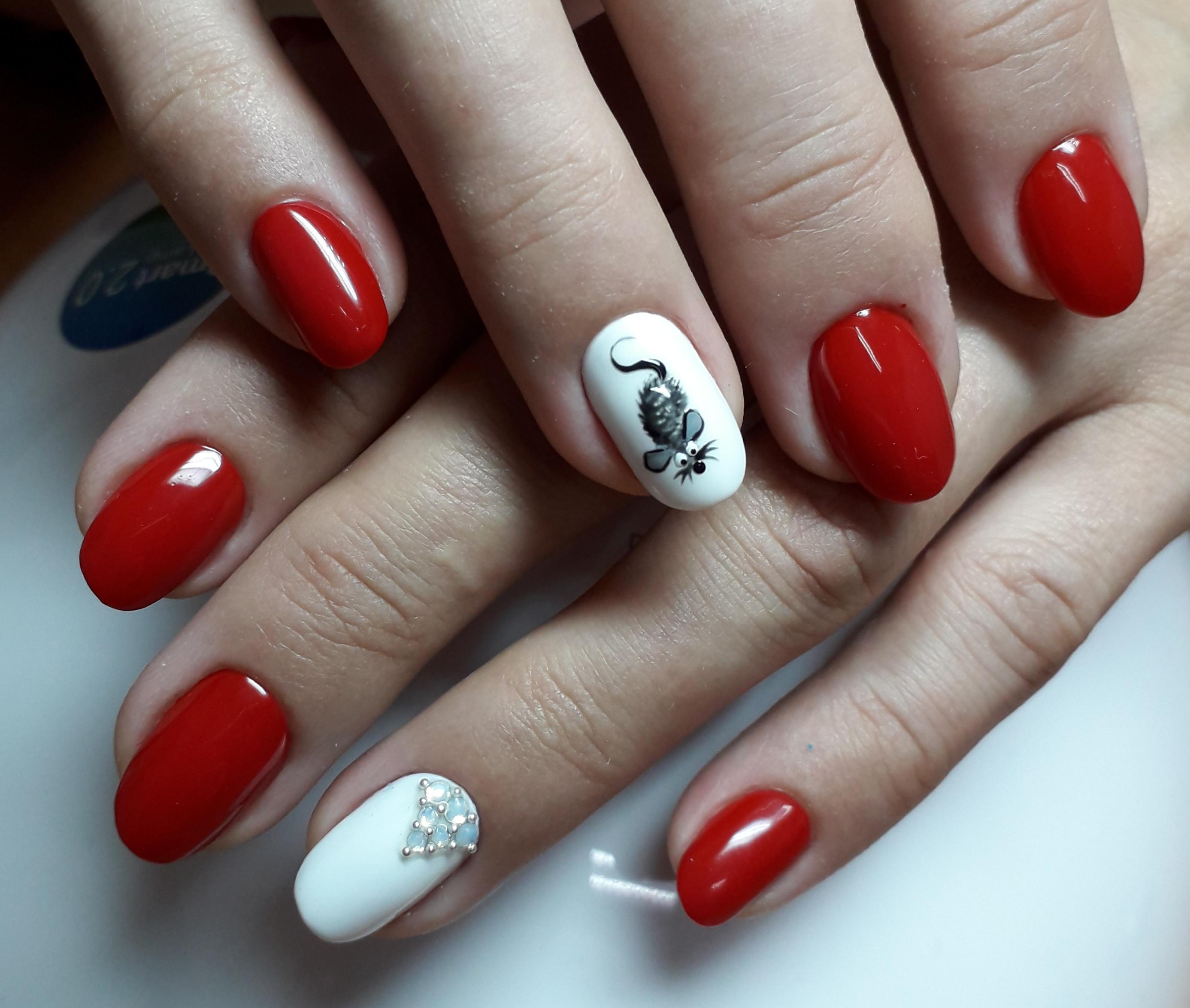 """Маникюр в красном цвете с белым дизайном, рисунком """"мышка"""" и стразами."""