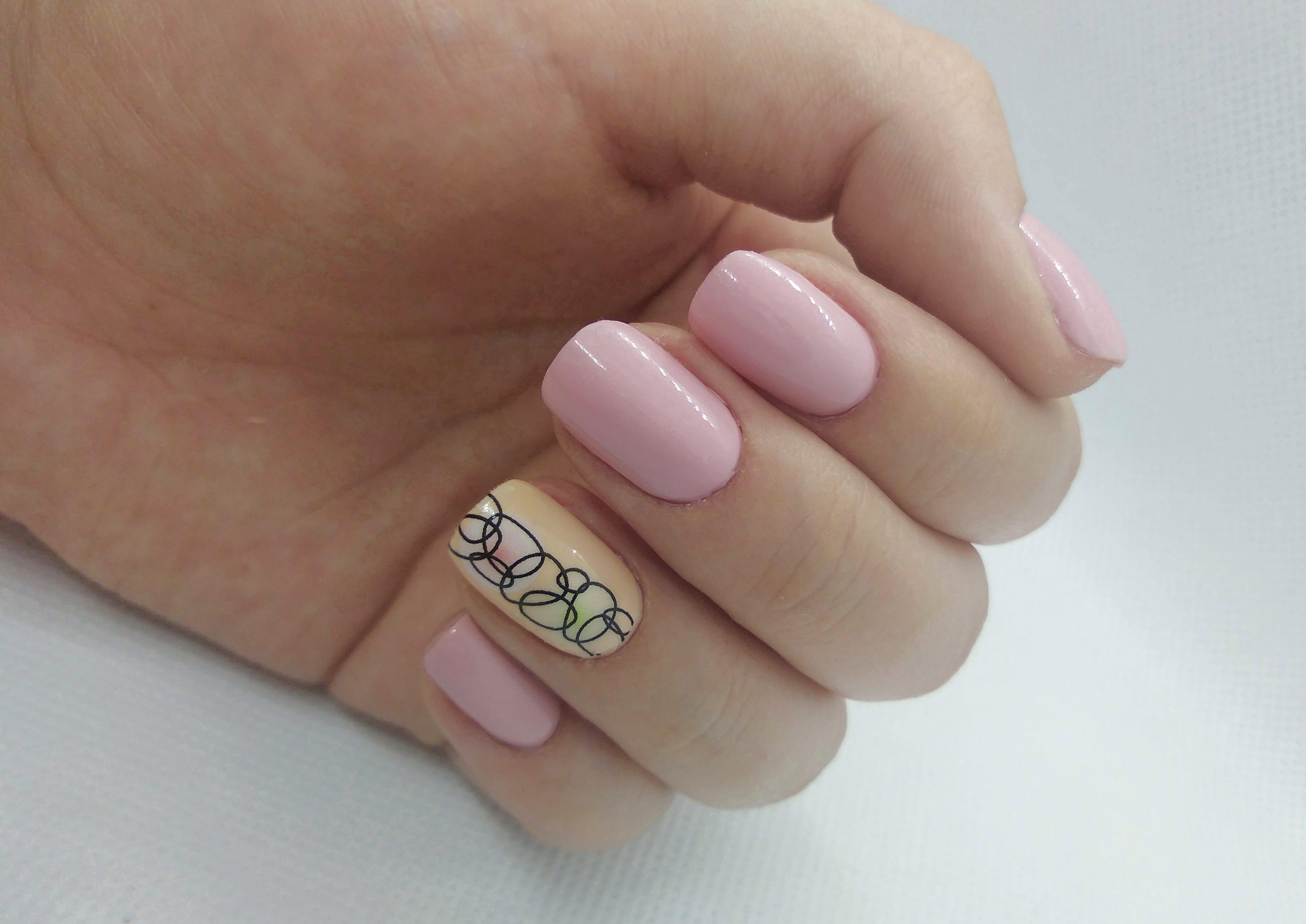 Маникюр с абстрактным слайдером в розовом цвете на короткие ногти.