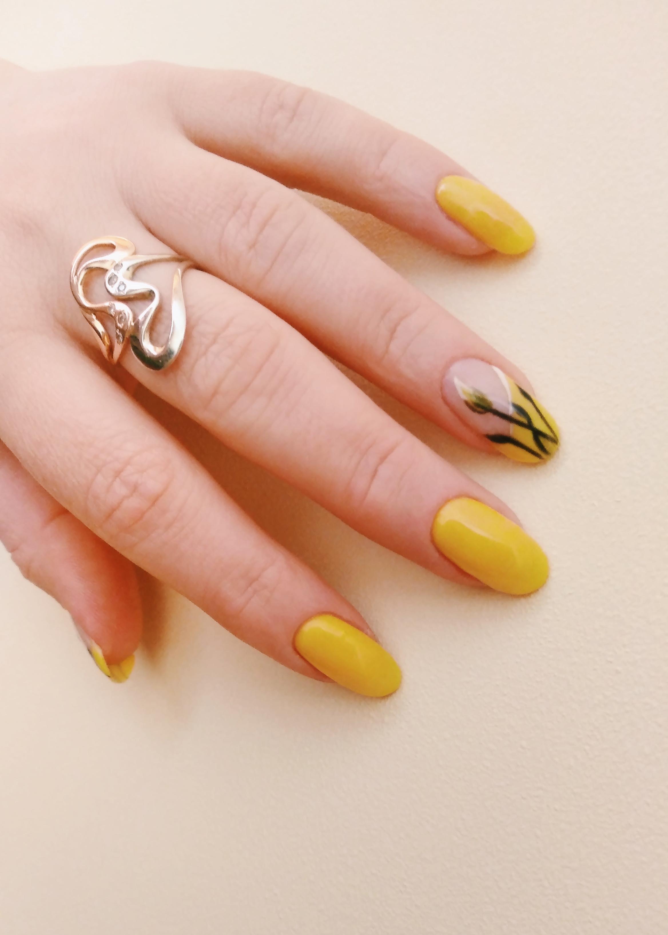 Маникюр с цветочным рисунком в желтом цвете на длинные ногти.