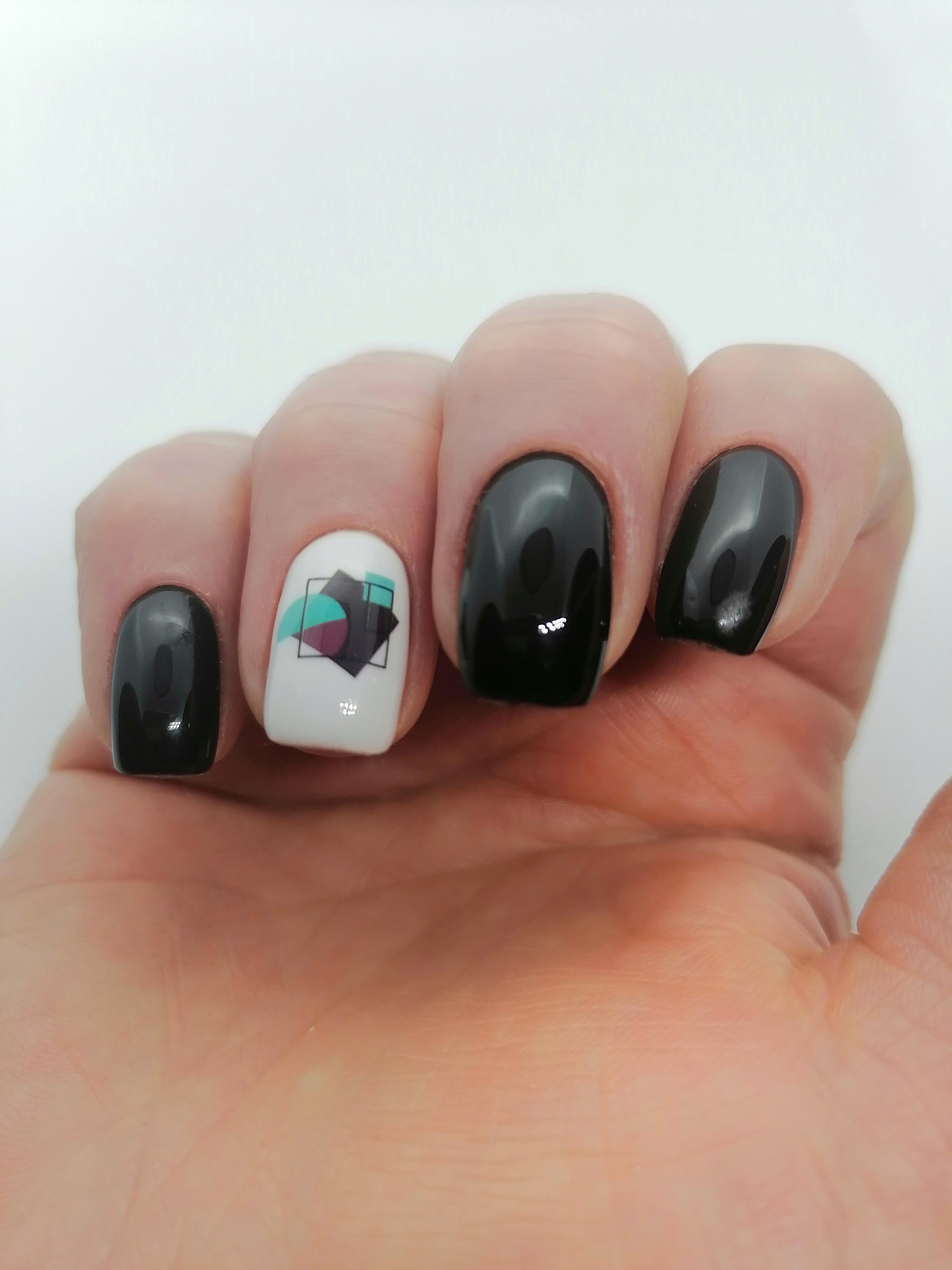 Маникюр с геометрическим слайдером в черном цвете на длинные ногти.