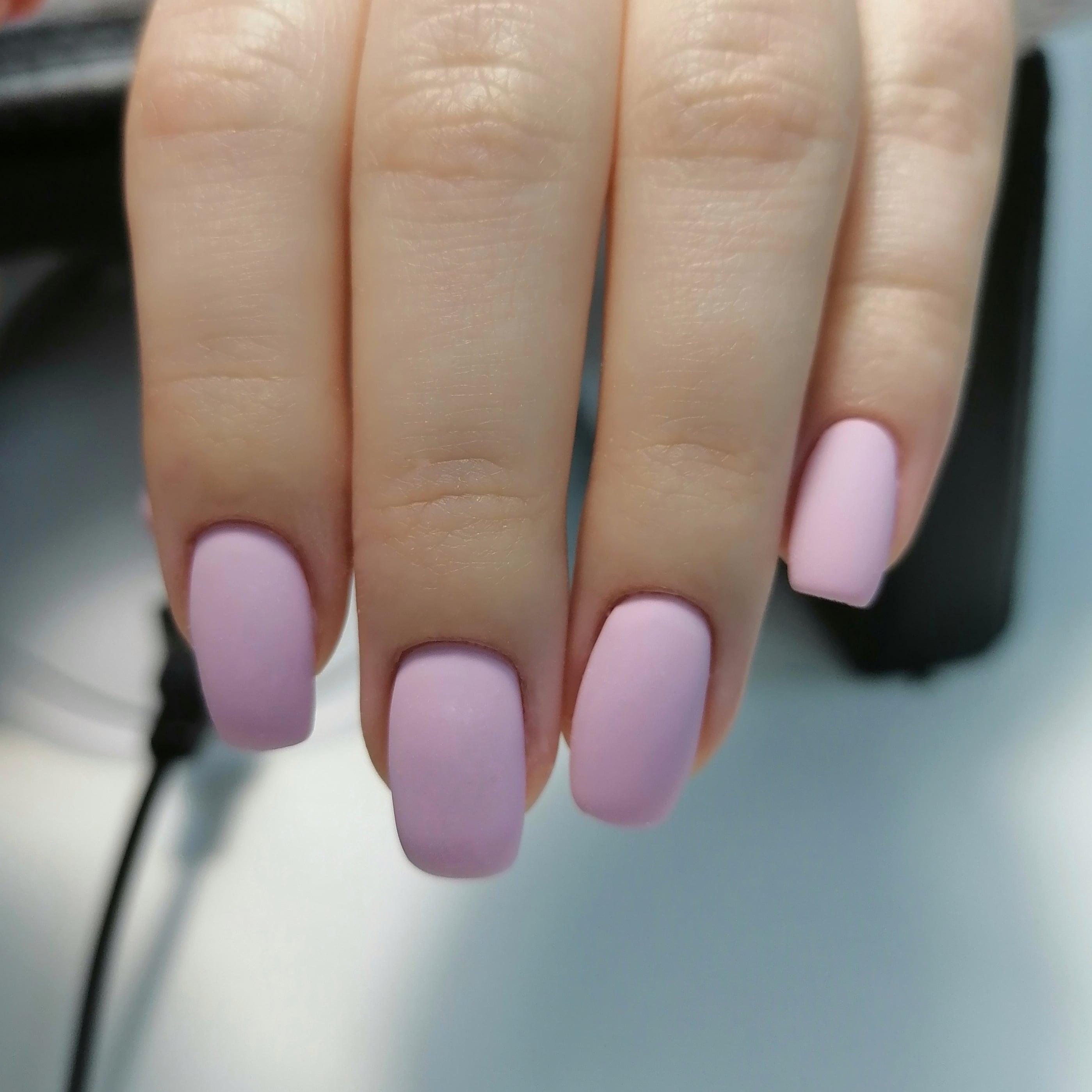 Матовый маникюр в розовом цвете на короткие ногти.