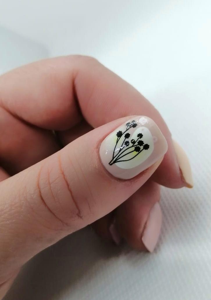 Маникюр с растительными слайдерами в пастельных тонах на короткие ногти.