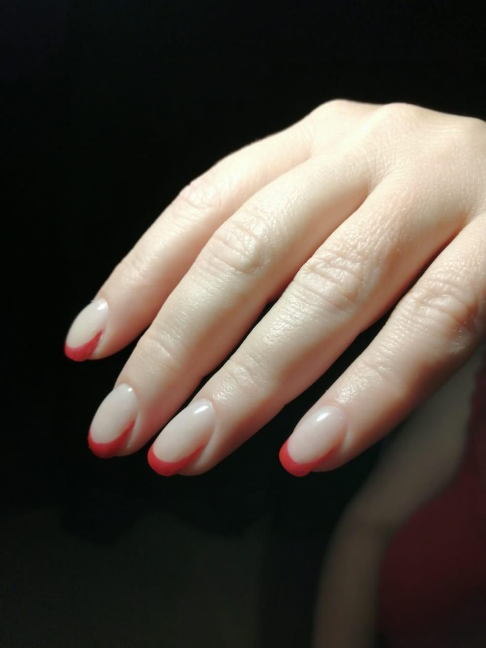 Френч в красном цвете на короткие ногти.