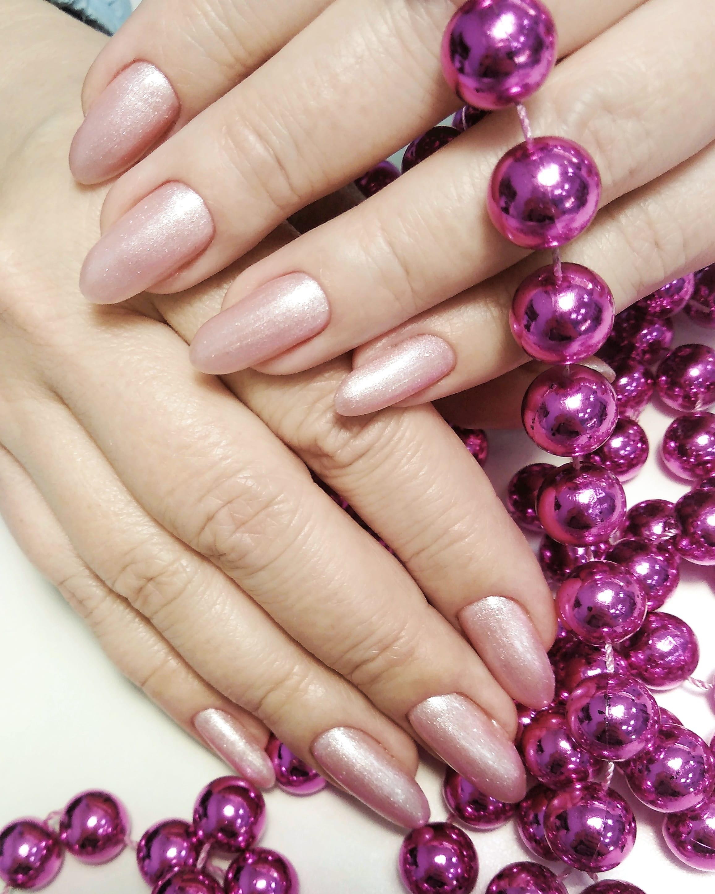 Маникюр с блестками в розовом цвете на длинные ногти.