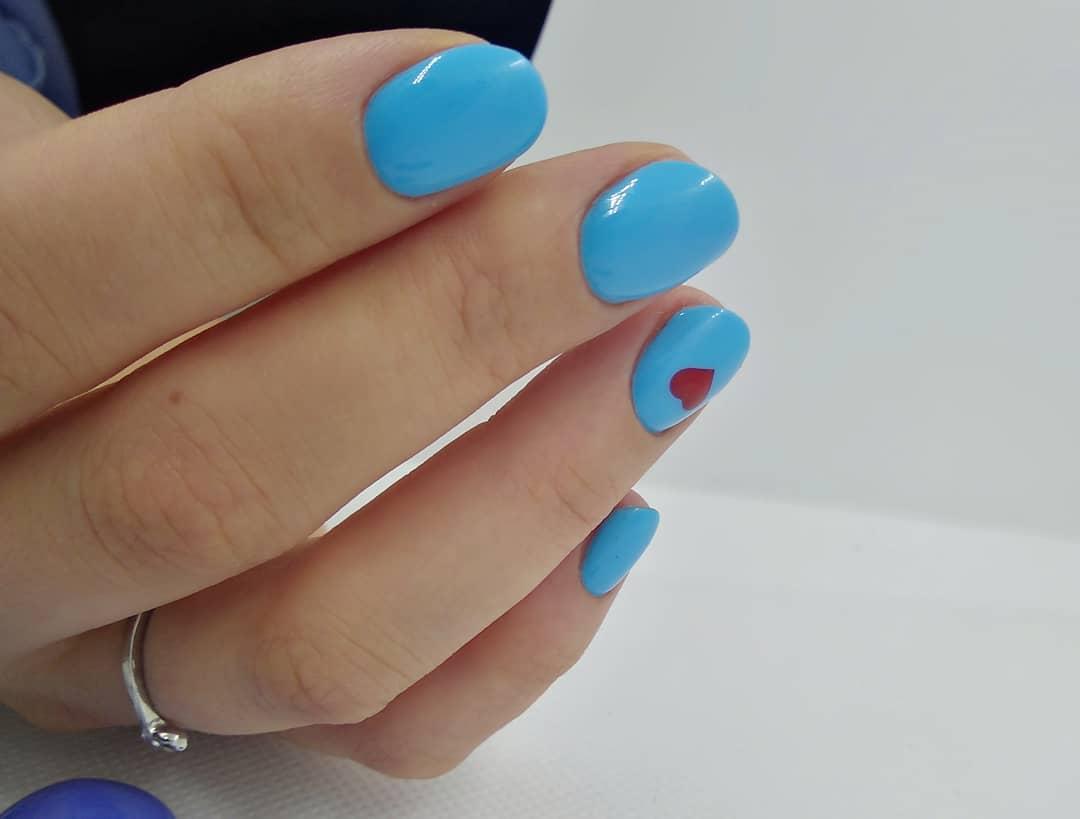 Маникюр с сердечком в голубом цвете на короткие ногти.