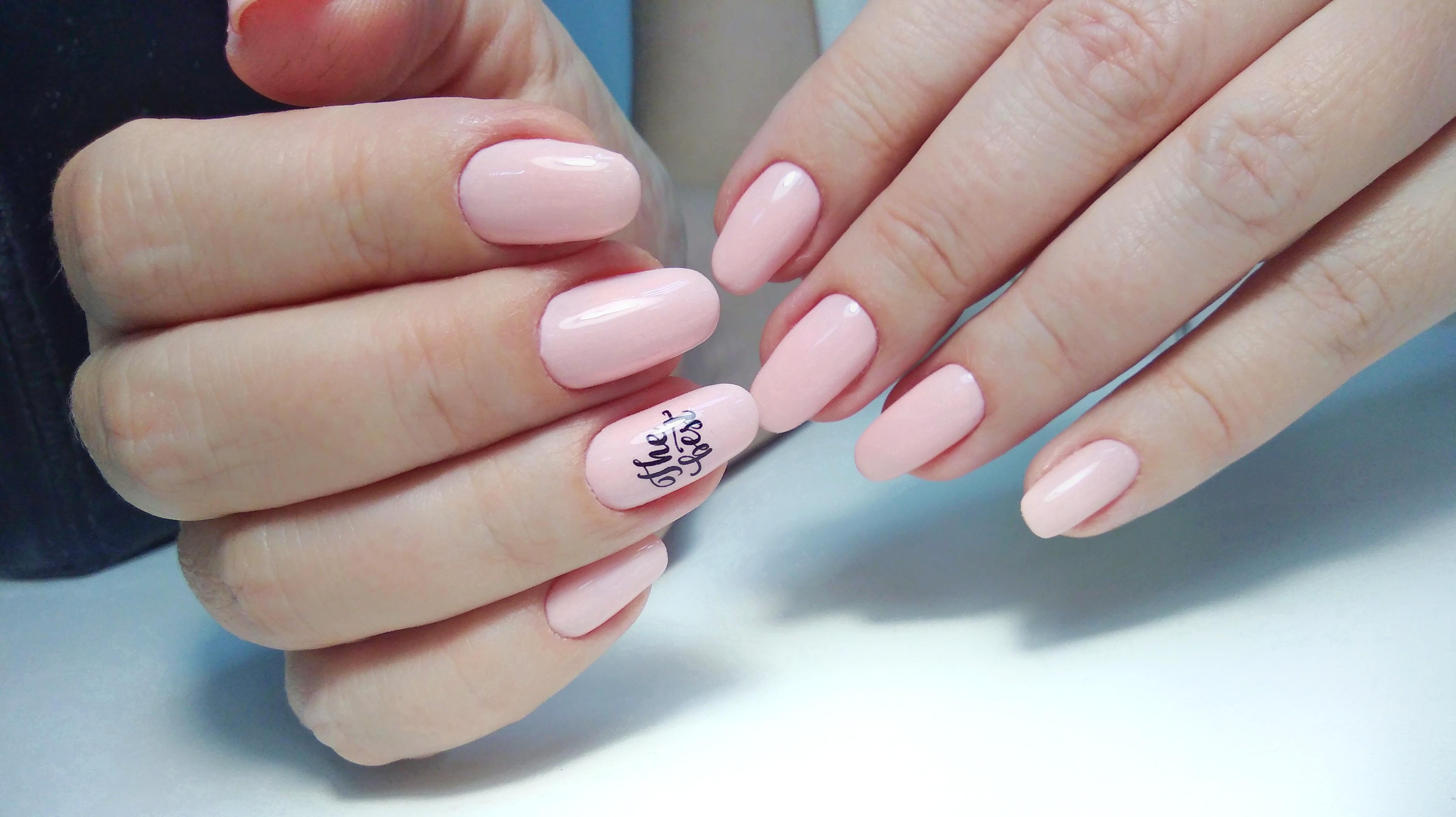 Маникюр с надписями в розовом цвете на длинные ногти.