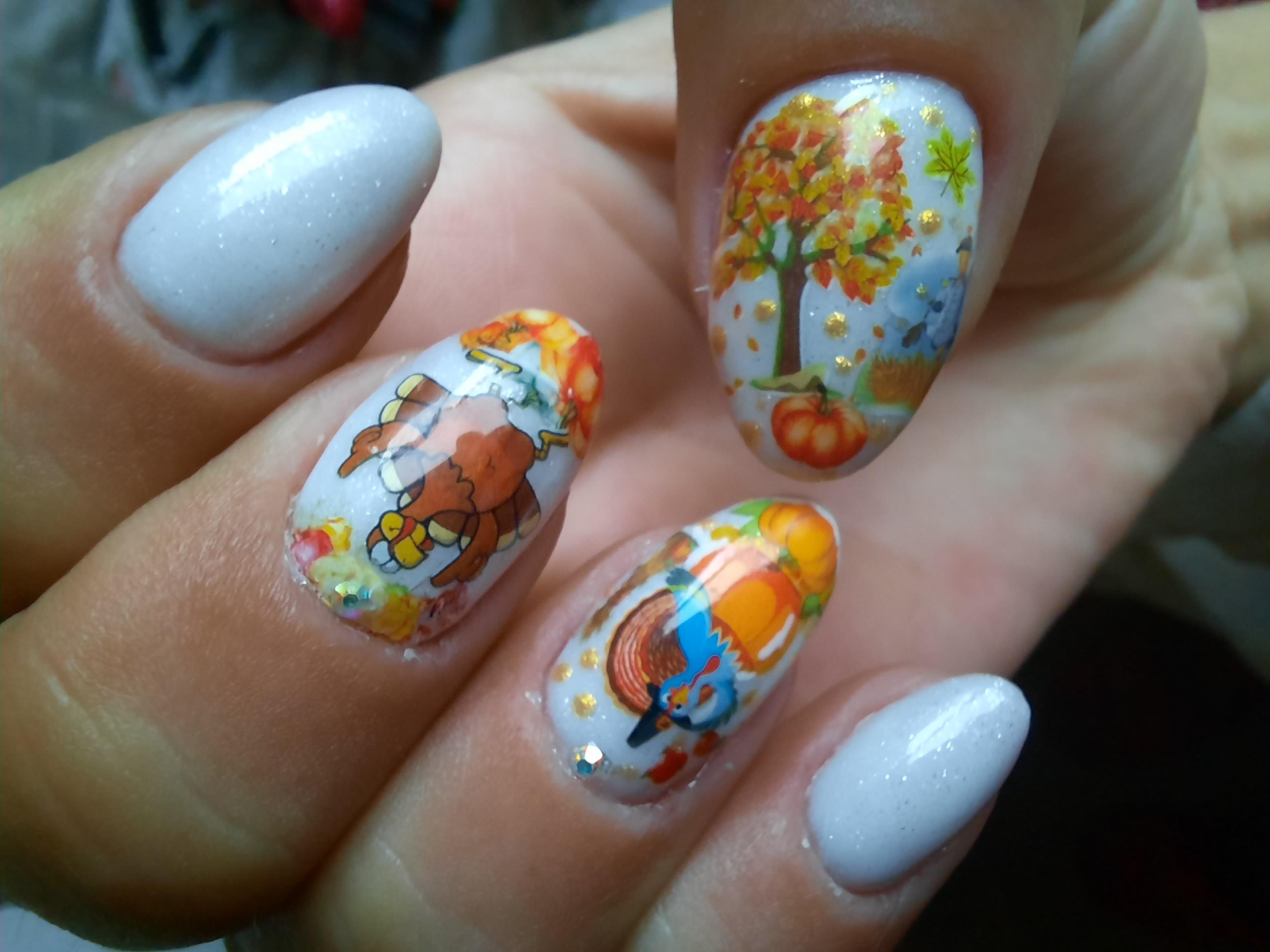 Осенний маникюр с рисунком и слайдерами на короткие ногти.