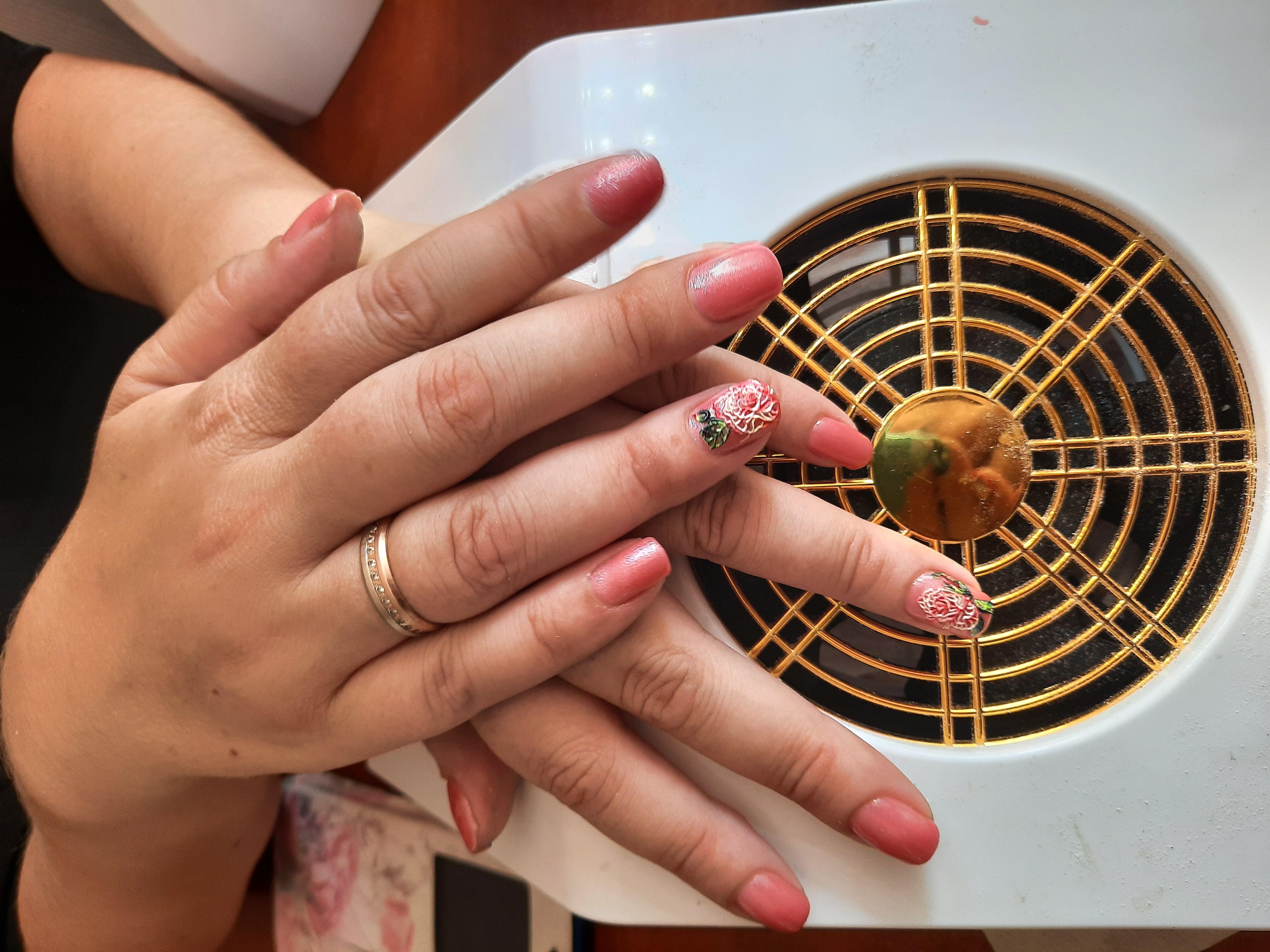 Маникюр с цветочной лепкой в розовом цвете на короткие ногти.