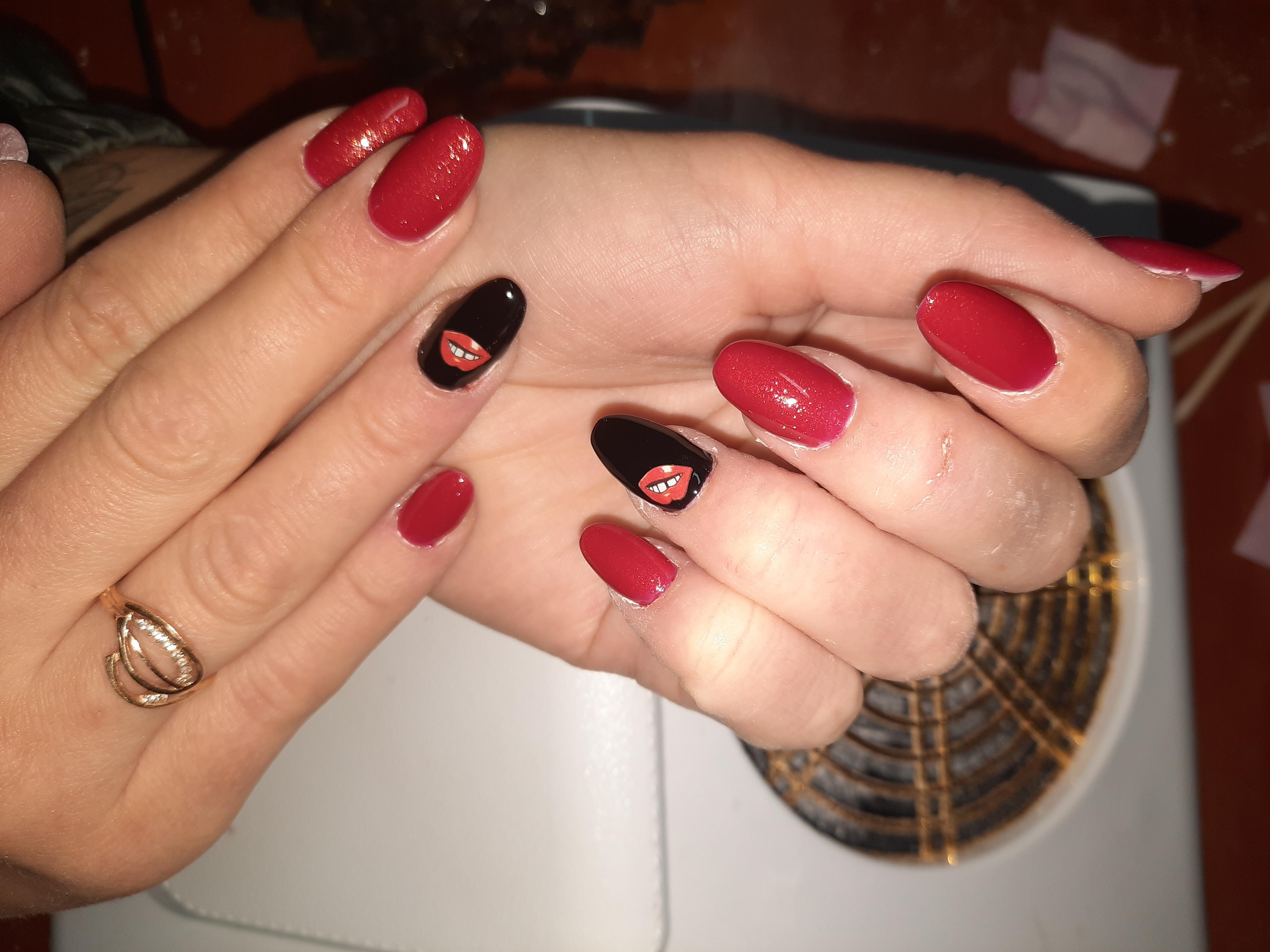 Маникюр со слайдерами и блестками в бордовом цвете на короткие ногти.