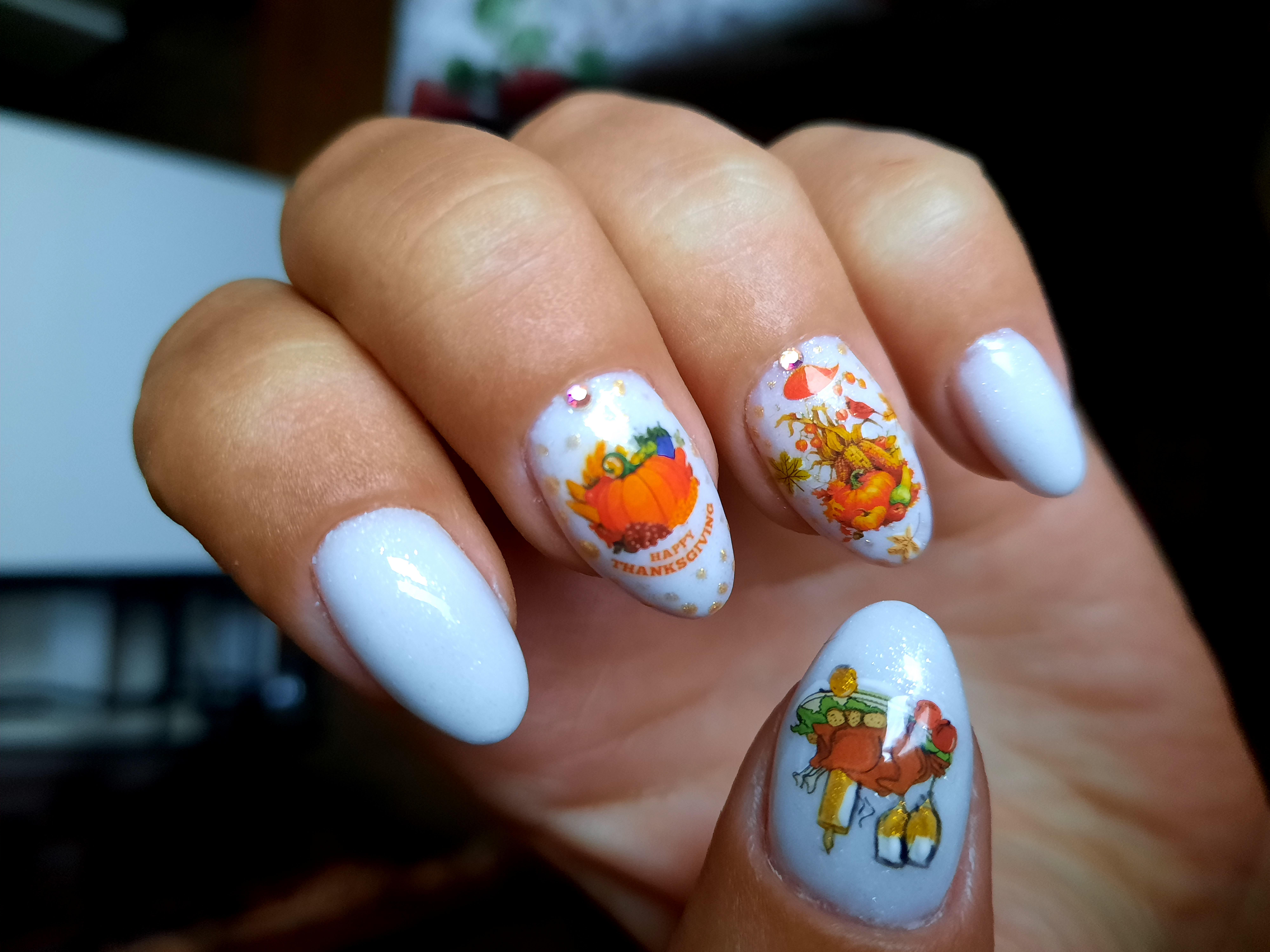 Осенний маникюр с рисунком и слайдерами в белом цвете на короткие ногти.