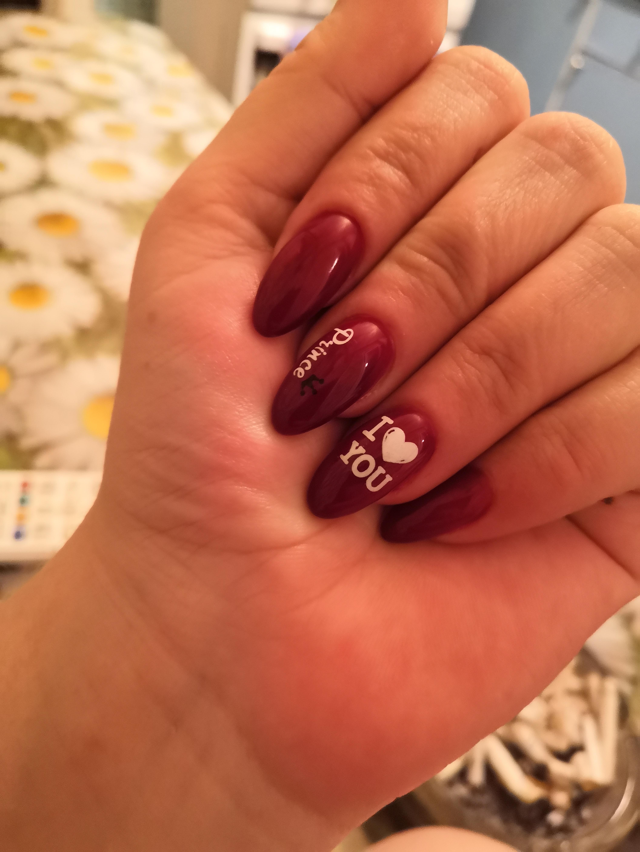 Маникюр с надписями в темно-красном цвете на длинные ногти.