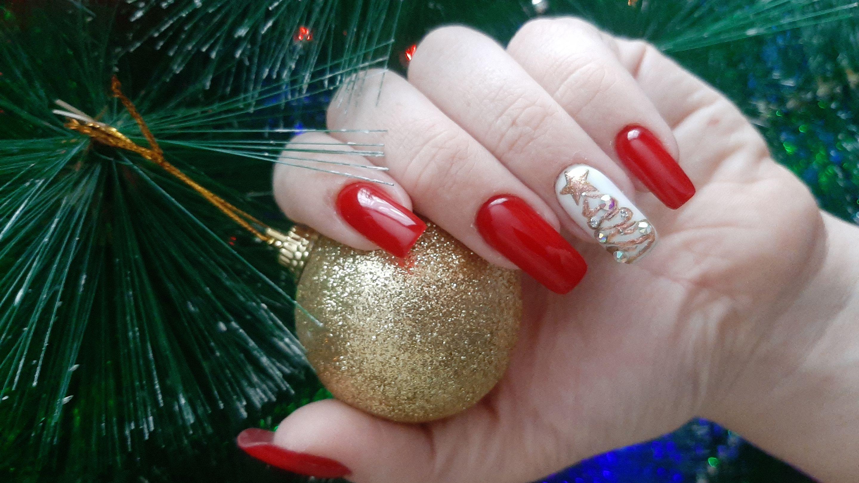 Новогодний маникюр с елкой в красном цвете на длинные ногти.