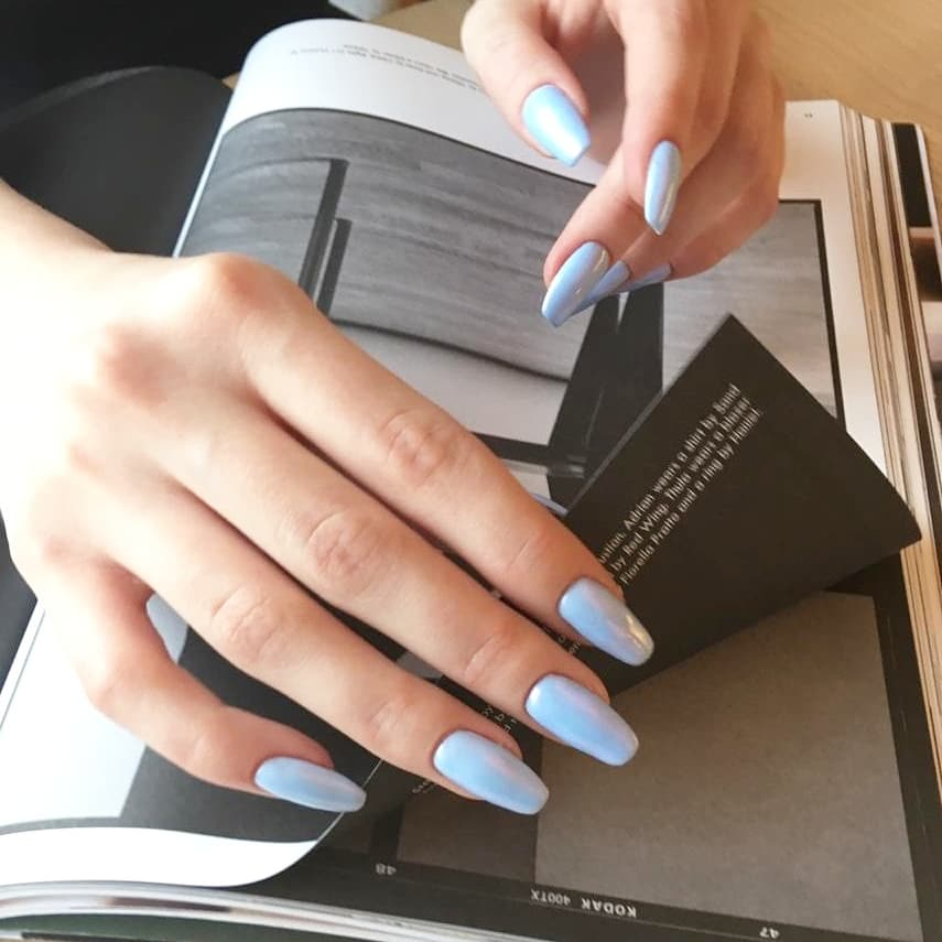 Однотонный маникюр с голубой втиркой.
