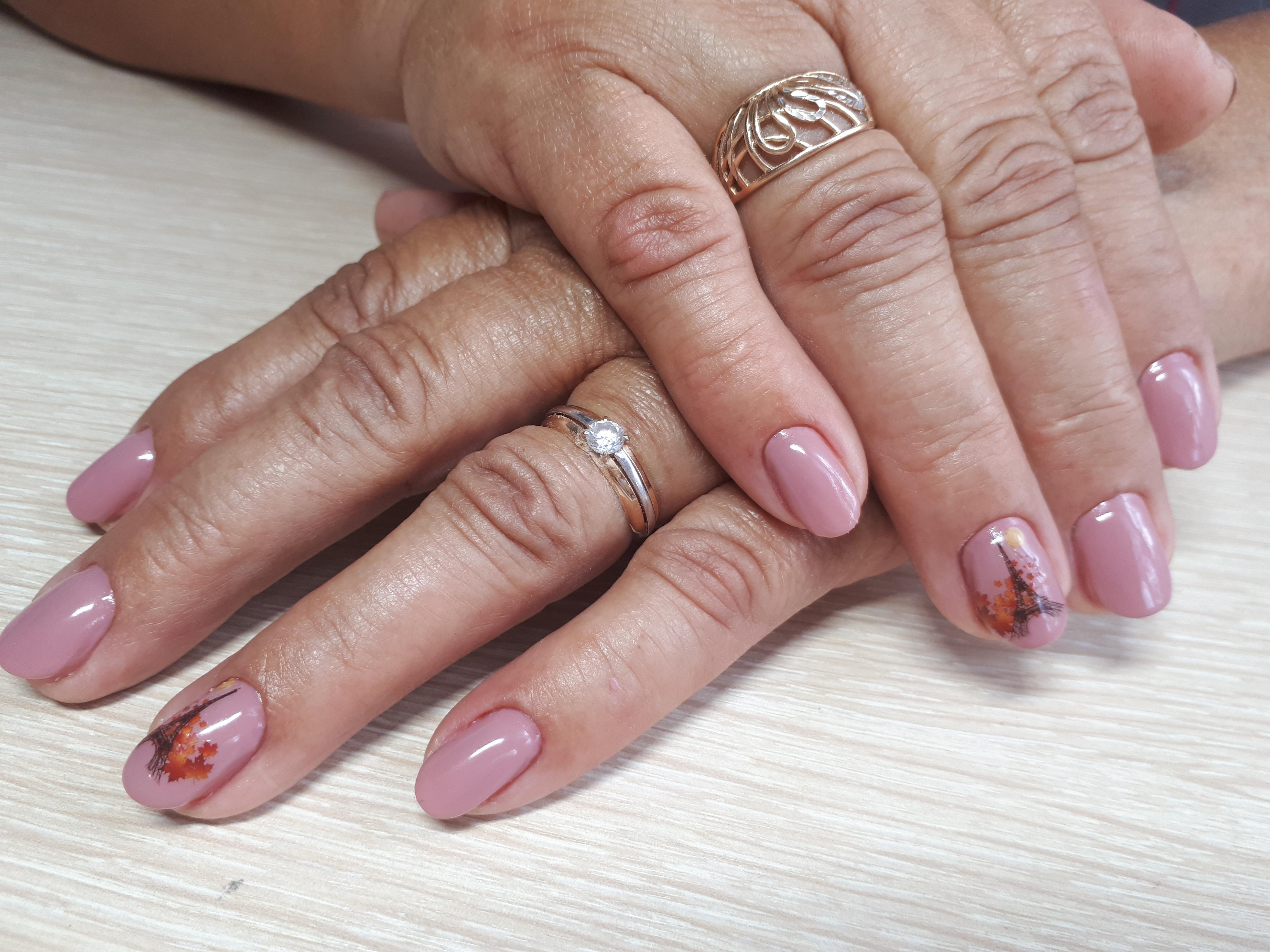 Маникюр с Эйфелевой башней в розовом цвете на короткие ногти.