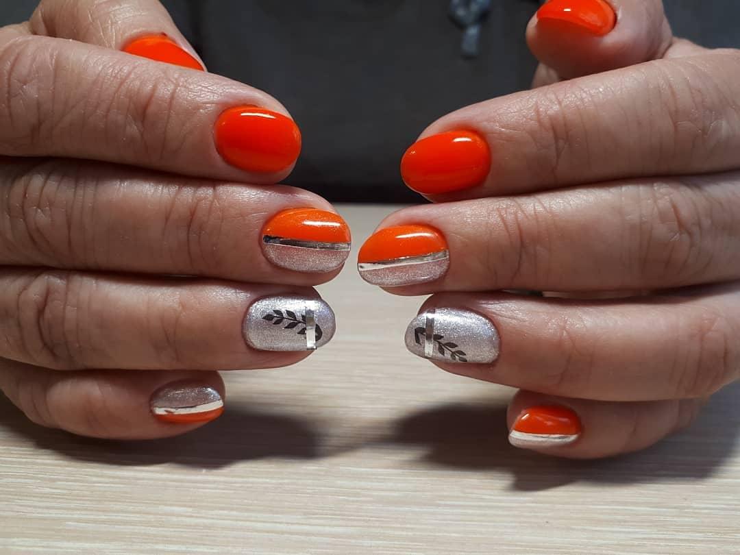 Маникюр с серебряными блестками и полосками в рыжем цвете на короткие ногти.