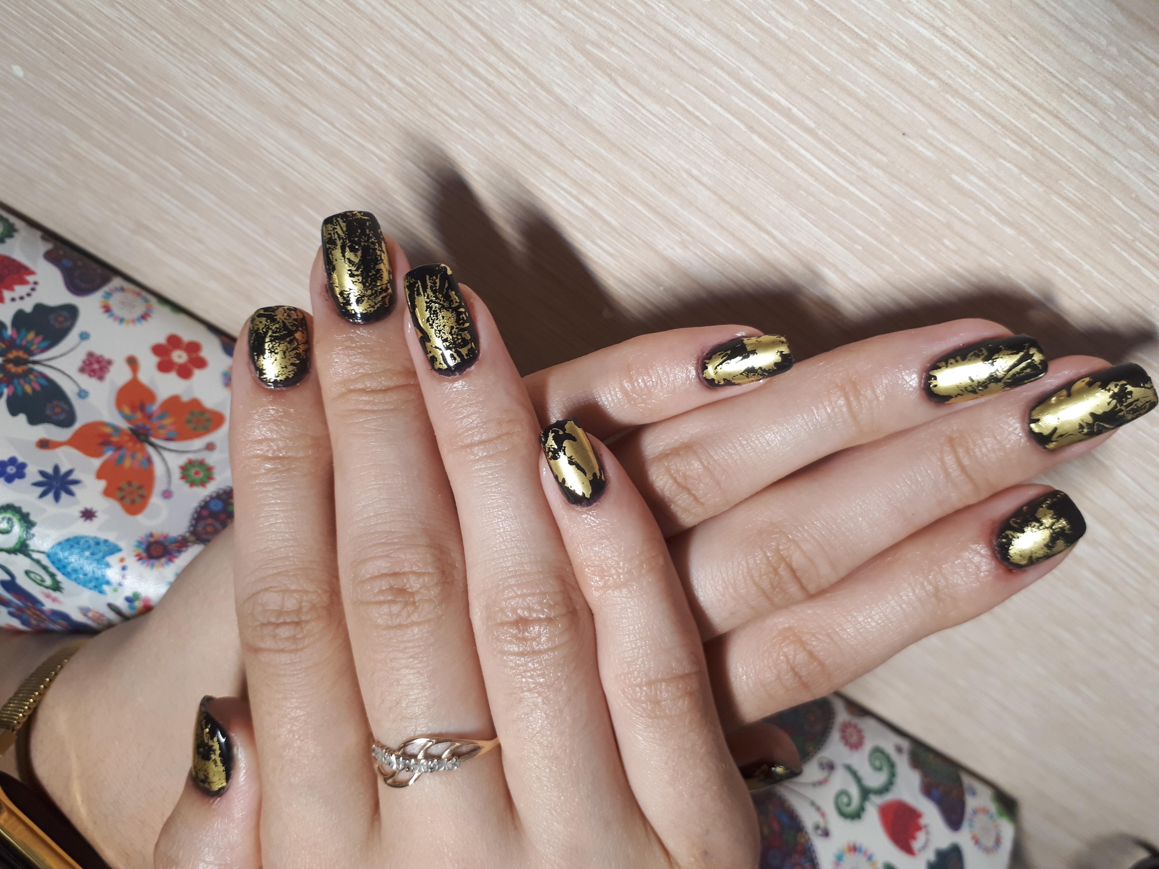 Маникюр с золотой фольгой в черном цвете на короткие ногти.