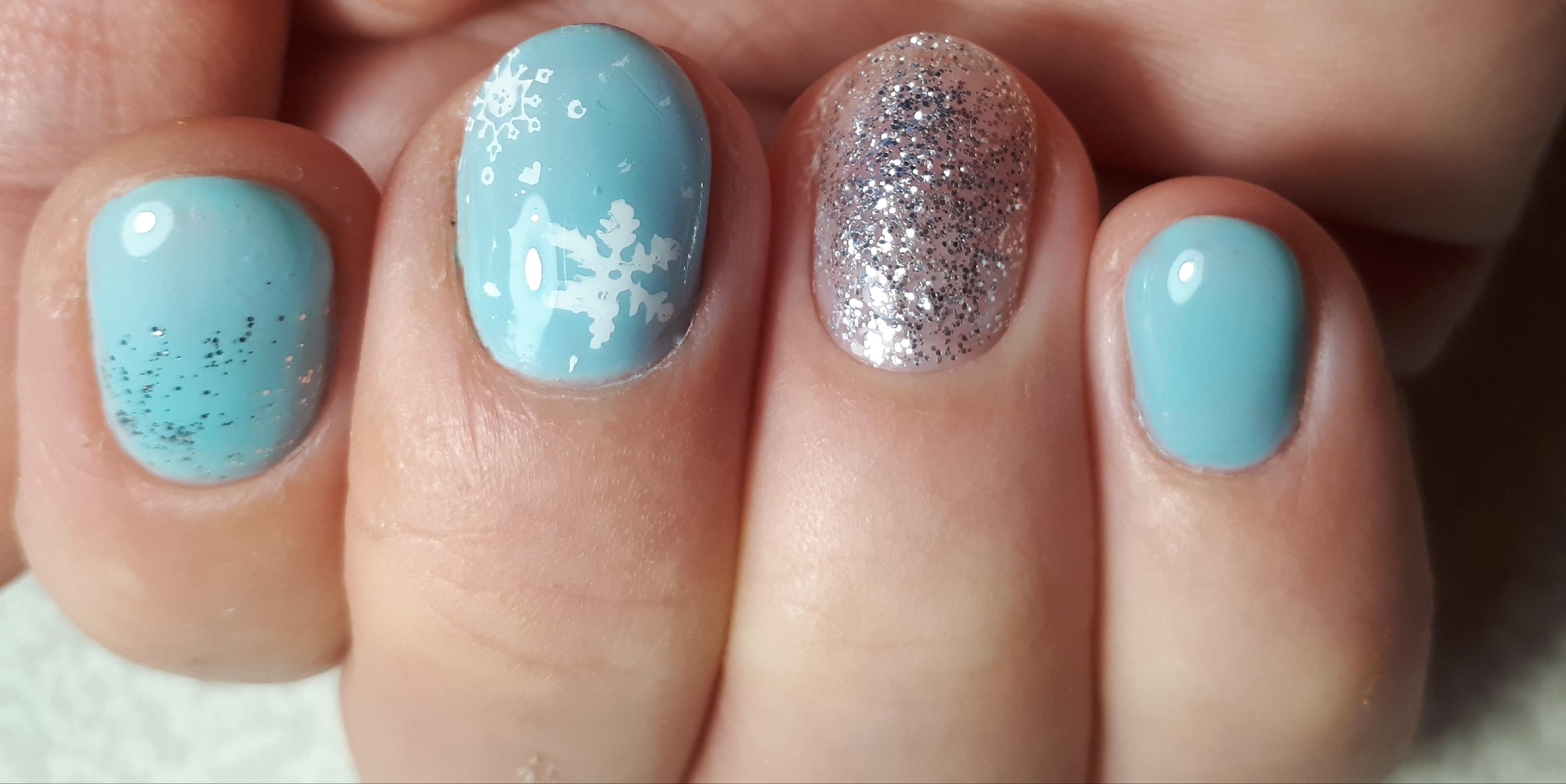 Маникюр самой себе. Маникюр в голубом цвете и серебристым , степинг снежинки.