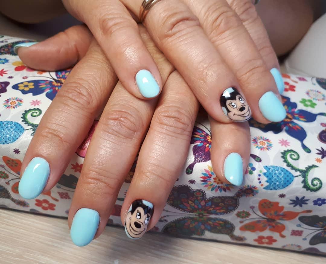 Маникюр с Микки Маусом в голубом цвете на короткие ногти.