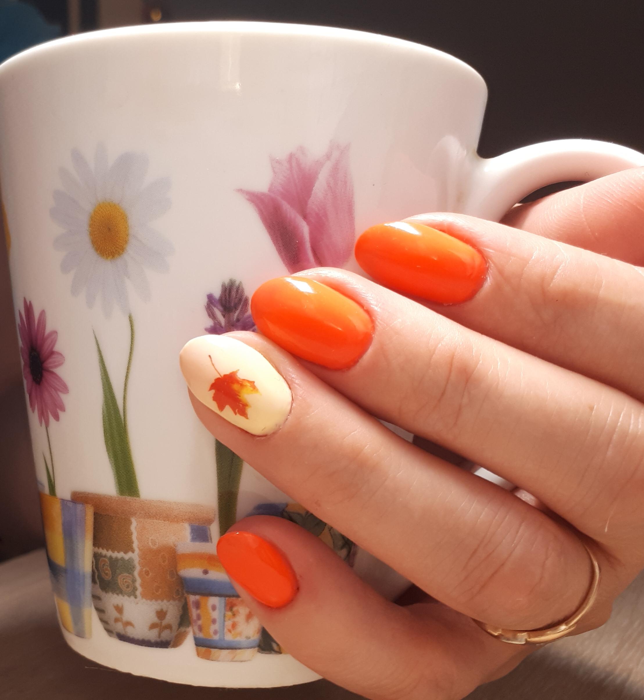 Осенний маникюр с кленовым листочком в рыжем цвете на короткие ногти.
