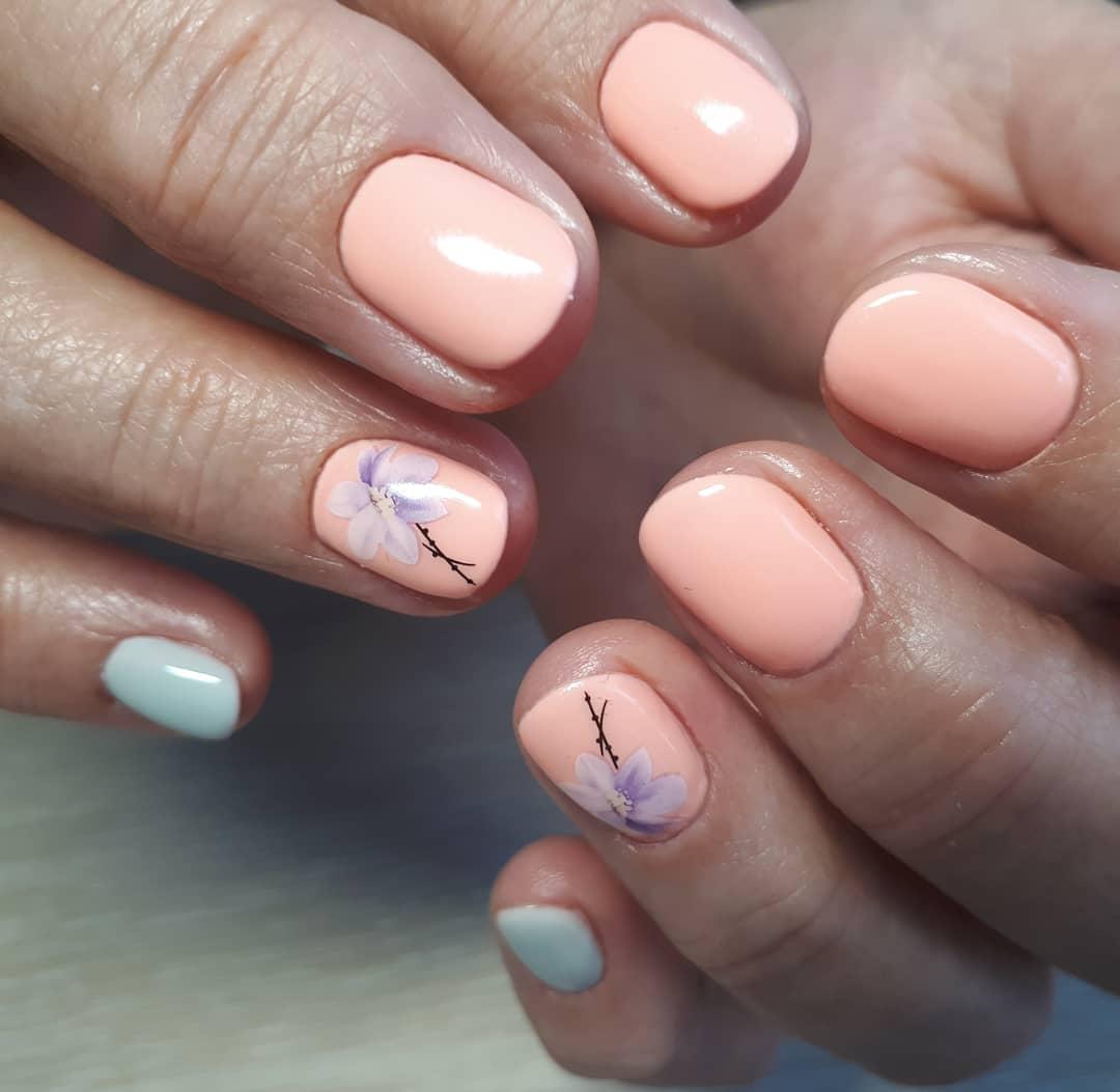 Маникюр с цветочными слайдерами в персиковом цвете на короткие ногти.